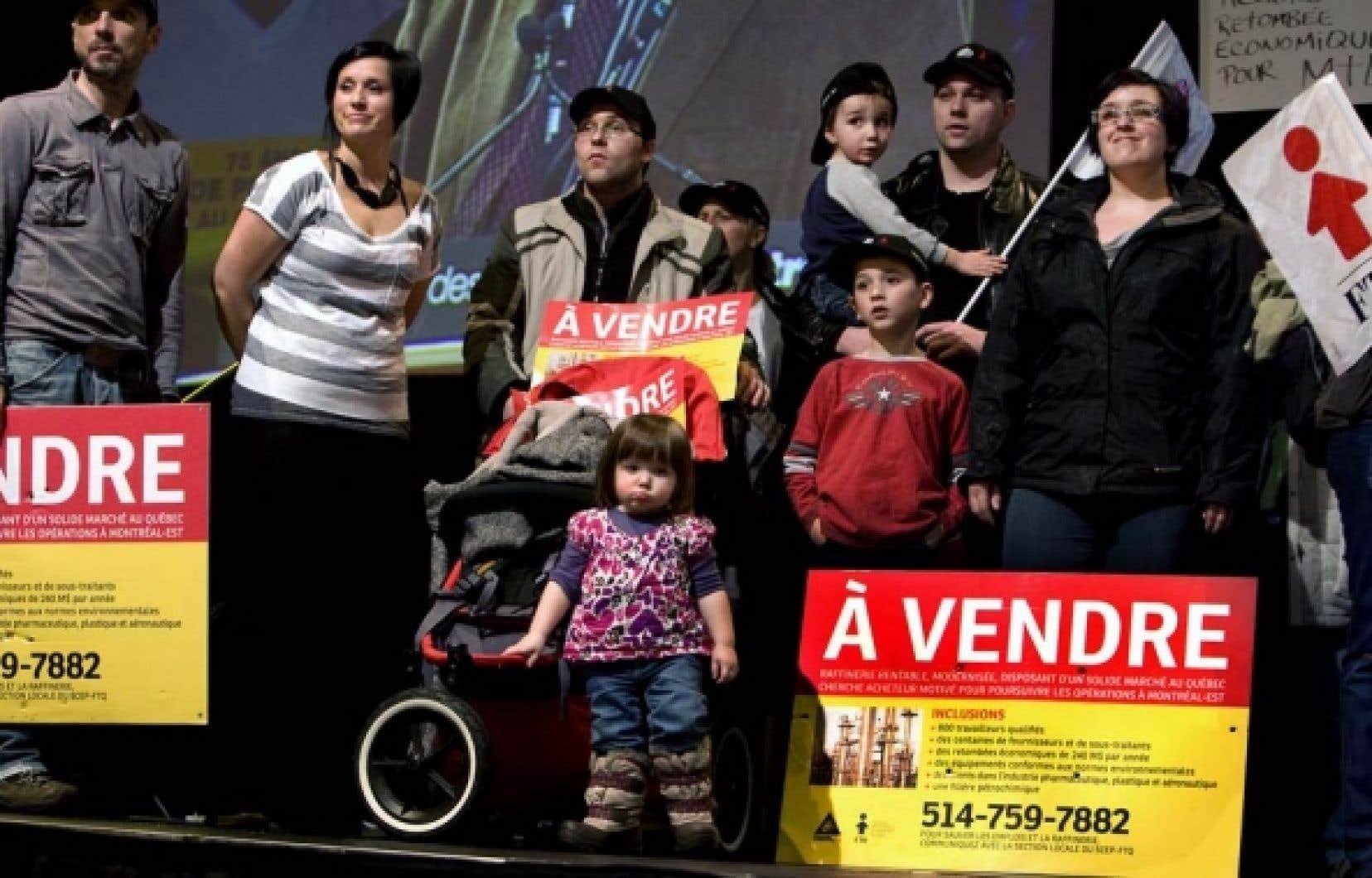 Les travailleurs soutiennent que Shell refuse de verser immédiatement des indemnités de départ aux employés licenciés de la raffinerie de Montréal-Est. <br />