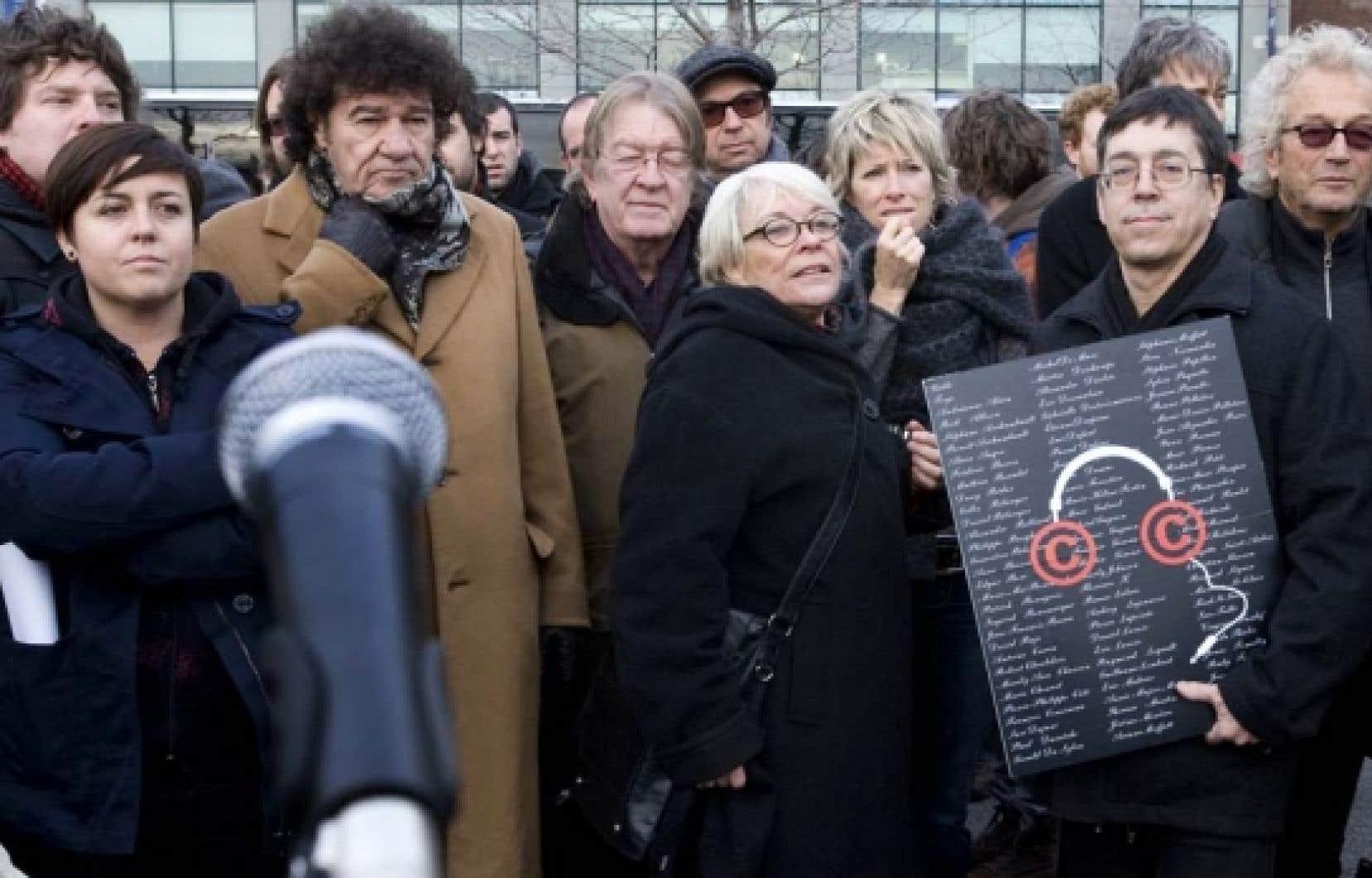 Parmi les artistes qui participent à la manifestation on reconnaît, sur la photo, Yann Perreau, Ariane Moffat, Robert Charlebois, François Cousineau, Michel Rivard, Louise Forestier, Luce Duffault, Gilles Valiquette et Luc Plamondon. <br />