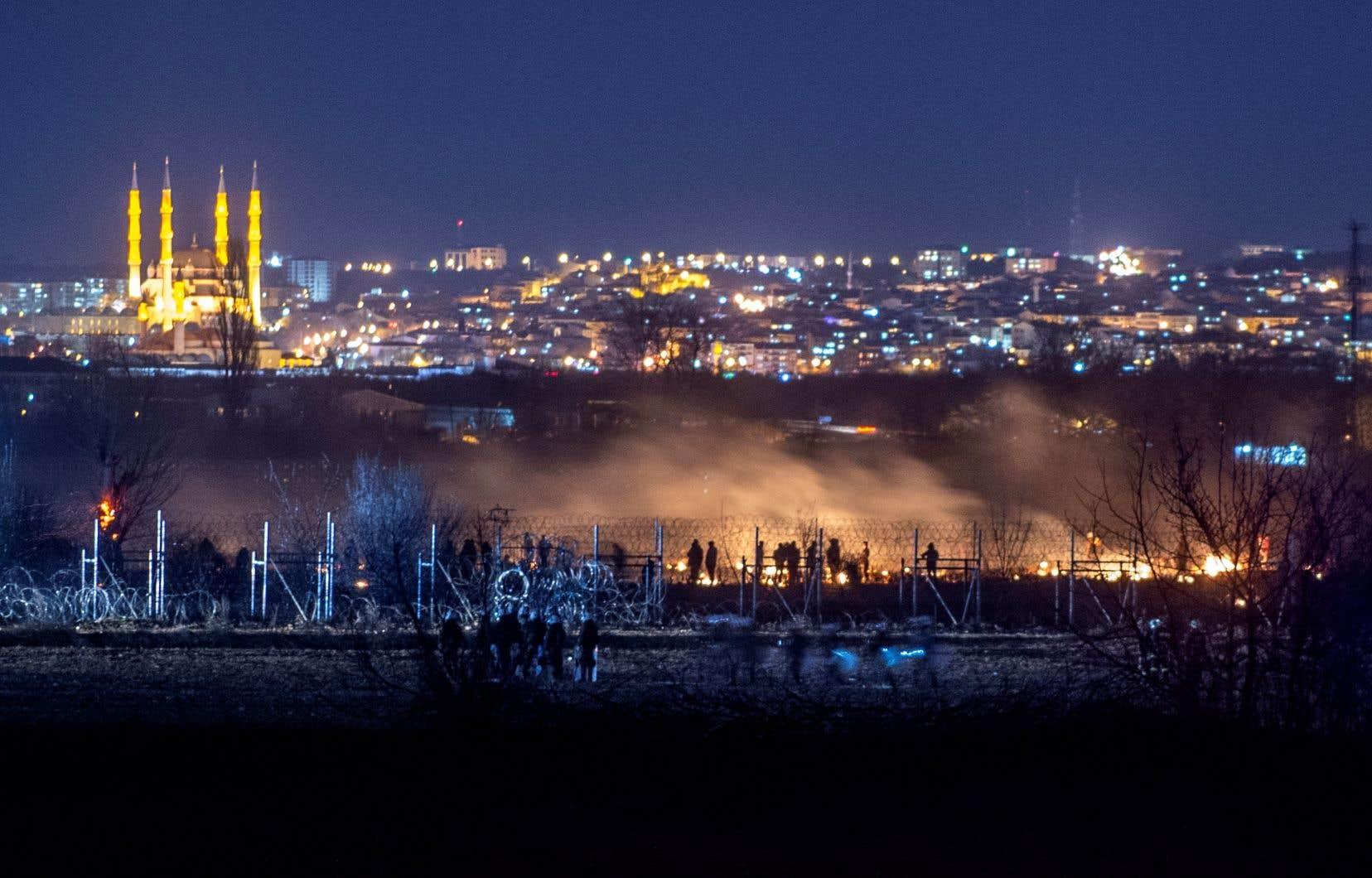 Des centaines de migrants ont affronté les policiers devant le poste-frontière de Pazarkule, dans le village de Kastanies, le long de la frontière entre la Turquie et la Grèce.