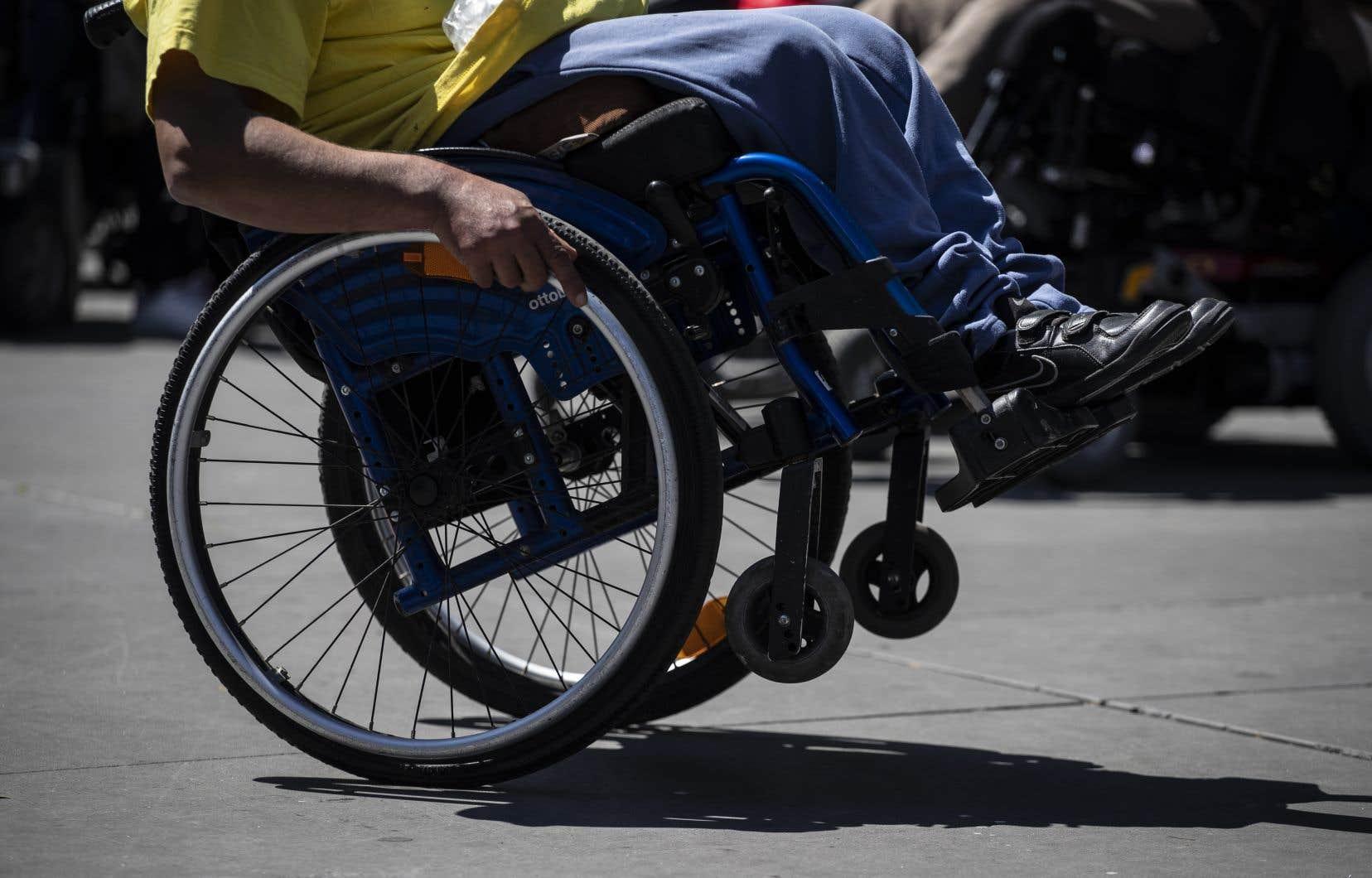 À l'heure actuelle, le gouvernement soutient les parents d'enfants handicapés, entre autres, avec les allocations familiales etle supplément pour enfant handicapé.