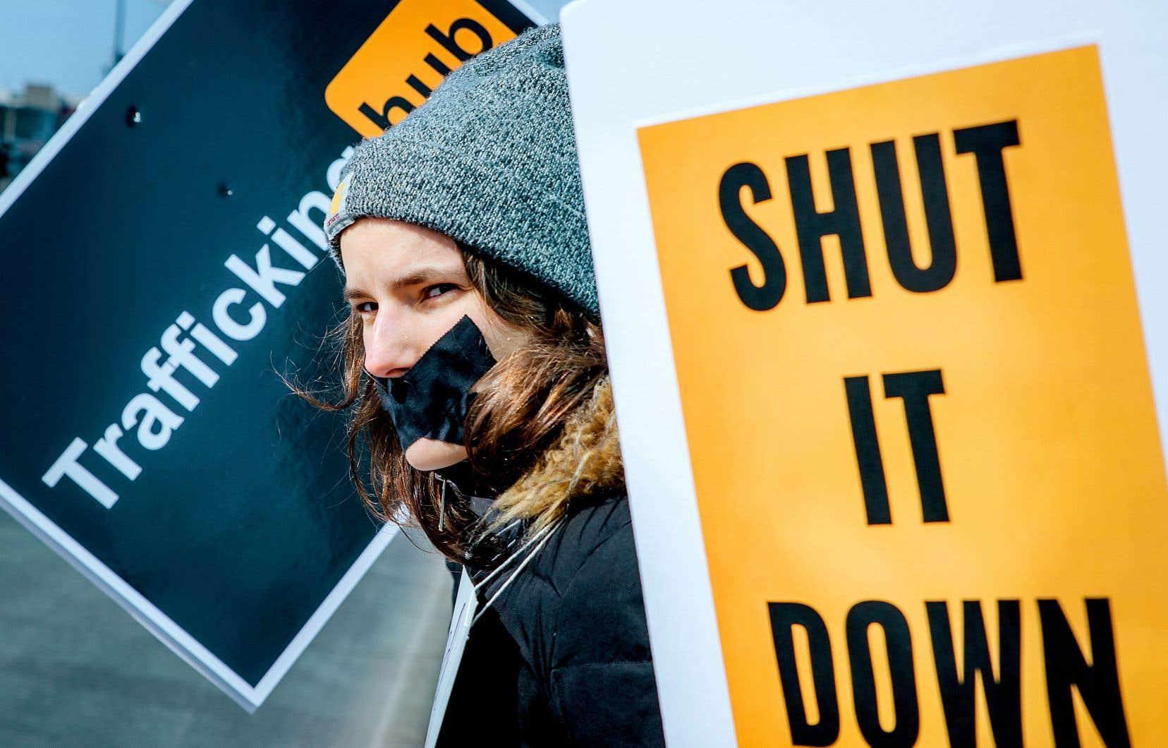 Une cinquantaine de personnes ont protesté dimanche devant le siège social de MindGeek, l'entreprise à qui appartient Pornhub.