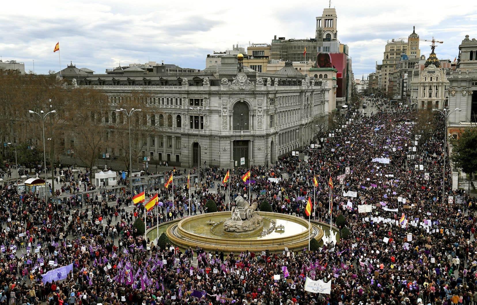 Environ 350 000 femmes sont descendues dans les rues de Madrid, battant du tambour ou portant des masques chirurgicaux contre le «patriarcavirus».