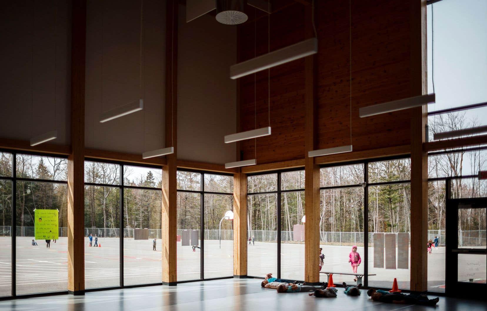 Le bois connaît déjà une certaine popularité dans les nouvelles écoles. Dans sa vision de l'école du XXIesiècle, Québec entend aussi privilégier les espaces de collaboration et la lumière naturelle.