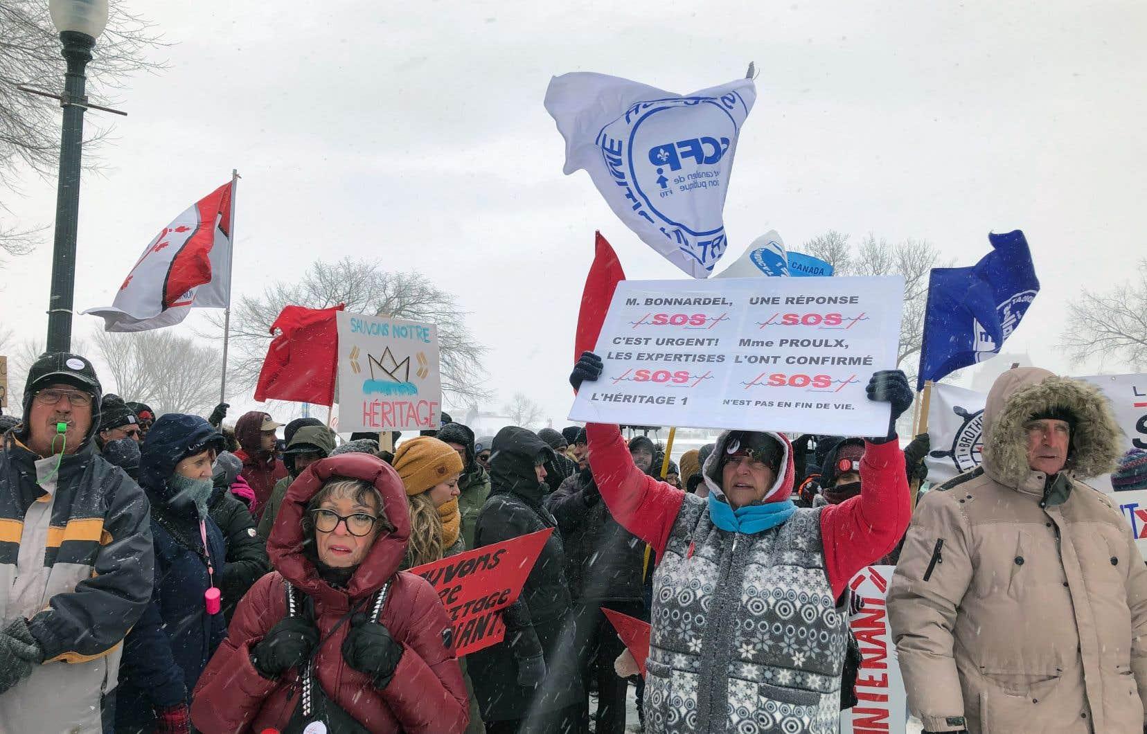 Une centaine de militants se sont faits entendre lundi devant l'édifice de l'Assemblée nationale.