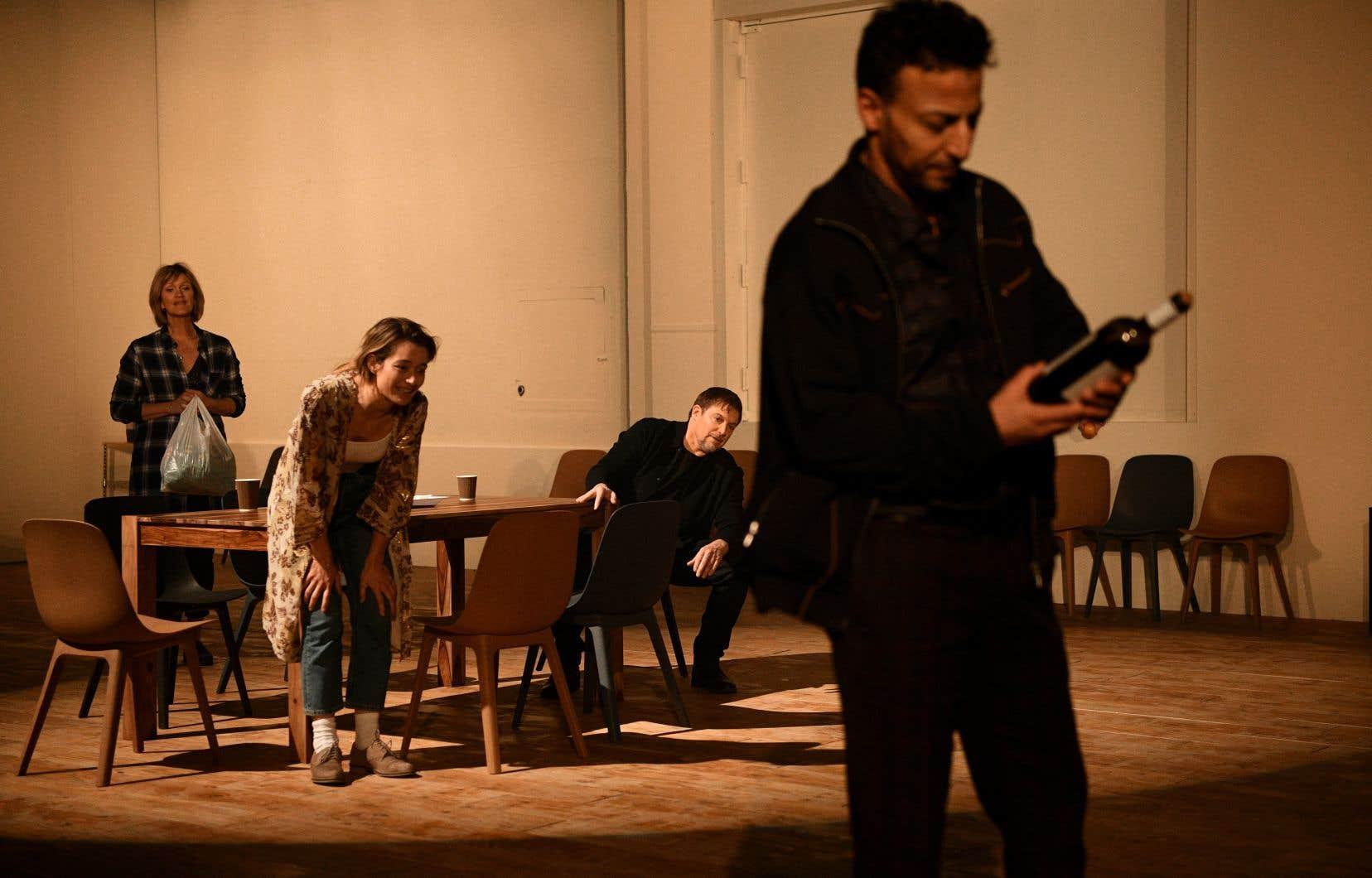 Le texte combine des monologues d'Emma, des scènes avec sa famille et d'autres où les personnages extérieurs commentent sa vie.