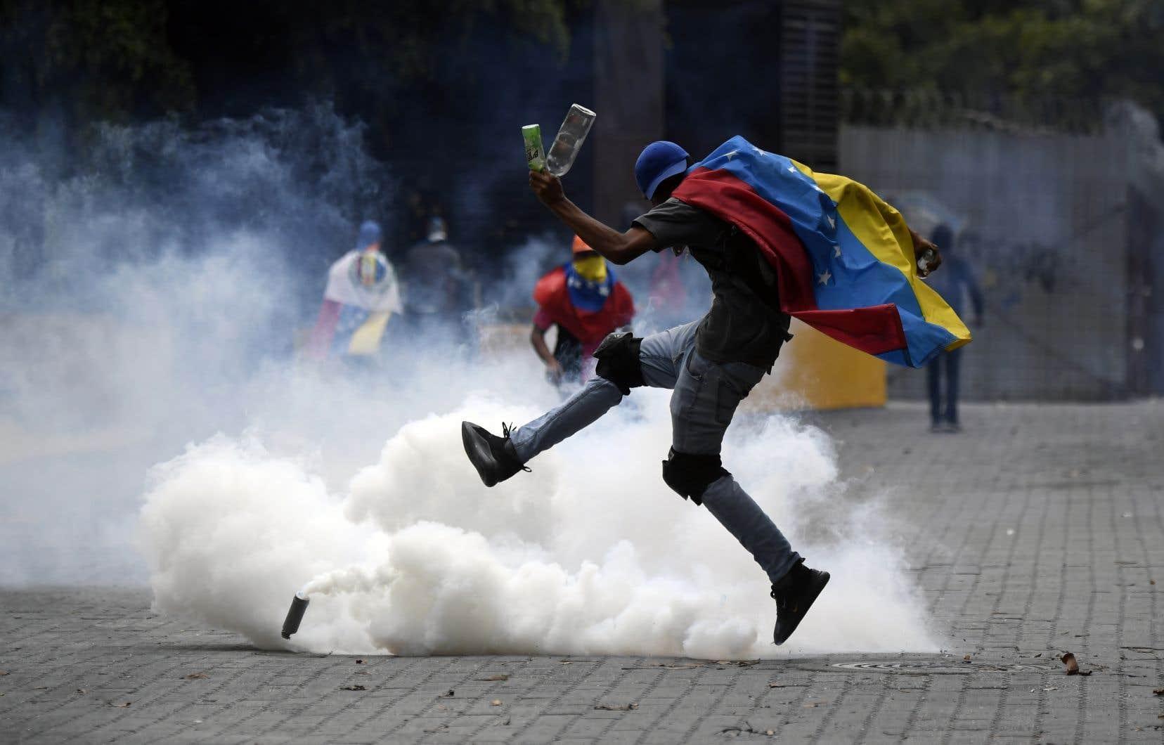 Face à l'usage de gaz lacrymonège de la part de la police,certains manifestants ont répondu en lançant des pierres et des bâtons en direction des agents.