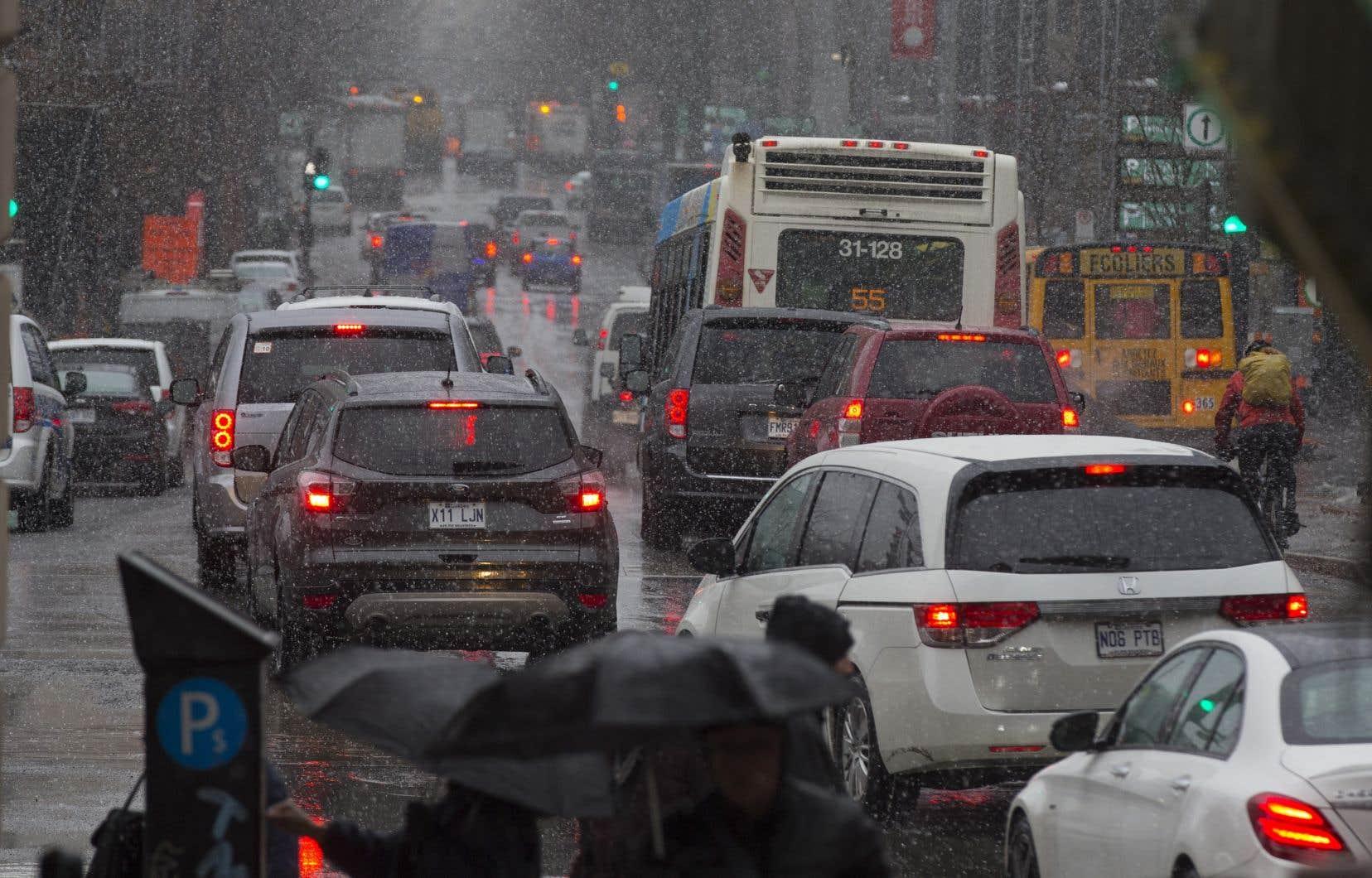 Les groupes environnementaux ont rappelé que les investissements prévus dans le réseau routier demeurent deux fois plus importants que ceux consacrés au transport en commun.
