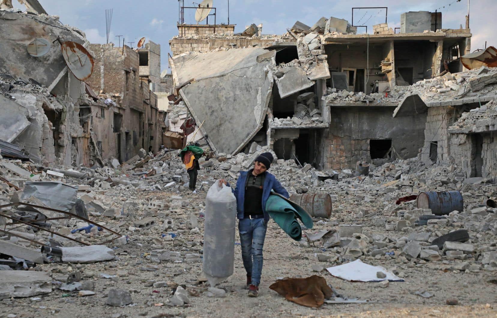 Des civils récupèrent ce qu'ils peuvent avant de fuir leur village, dans la province syrienne d'Alep.