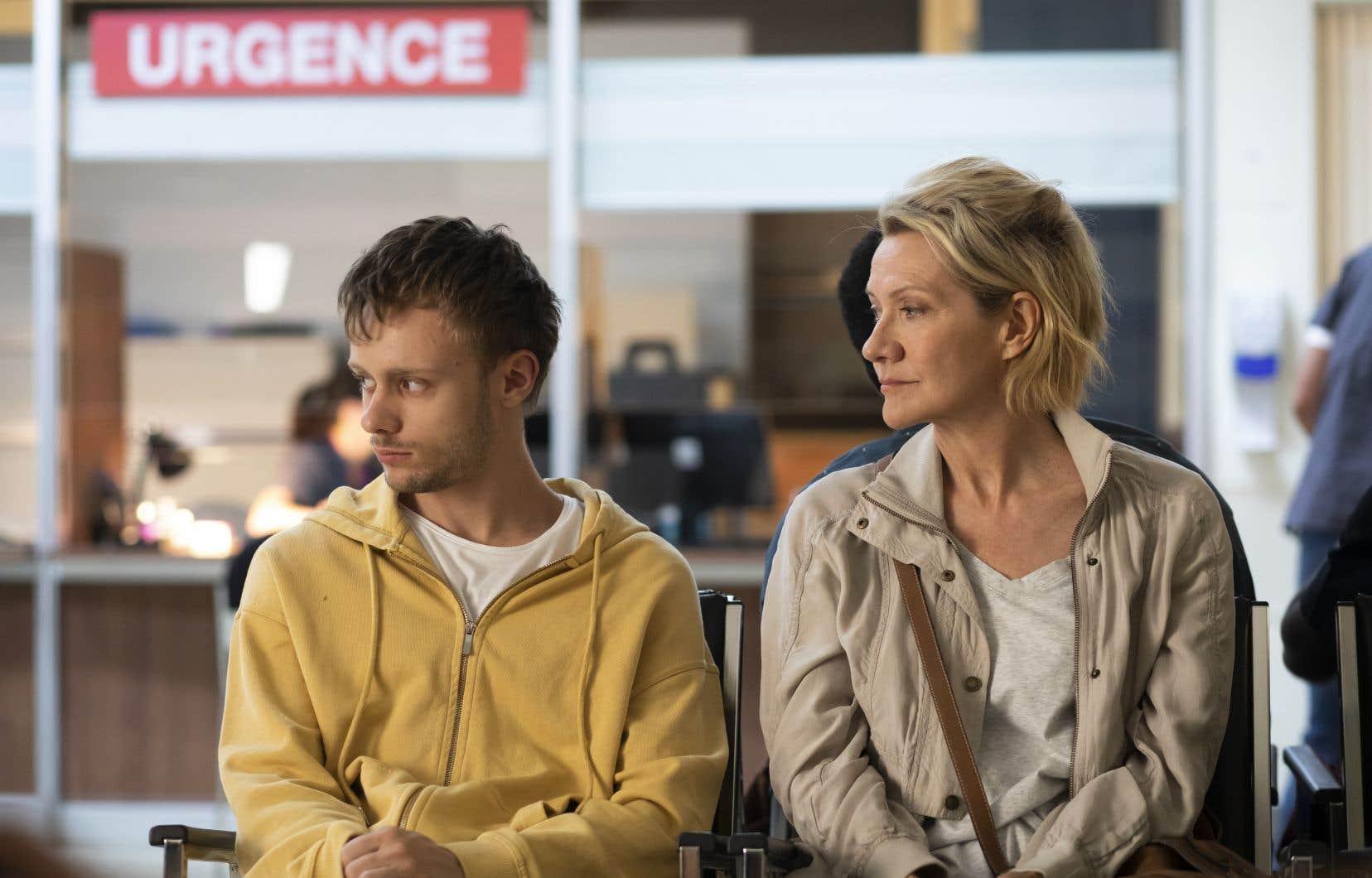 Jacob (Antoine L'Écuyer) n'a pas d'autre choix que de se rendre à l'hôpital, où il risque de rester un certain temps. Sa mère Marielle (Élise Guilbault) vit à la fois du déni et de l'impuissance devant son grand ado.