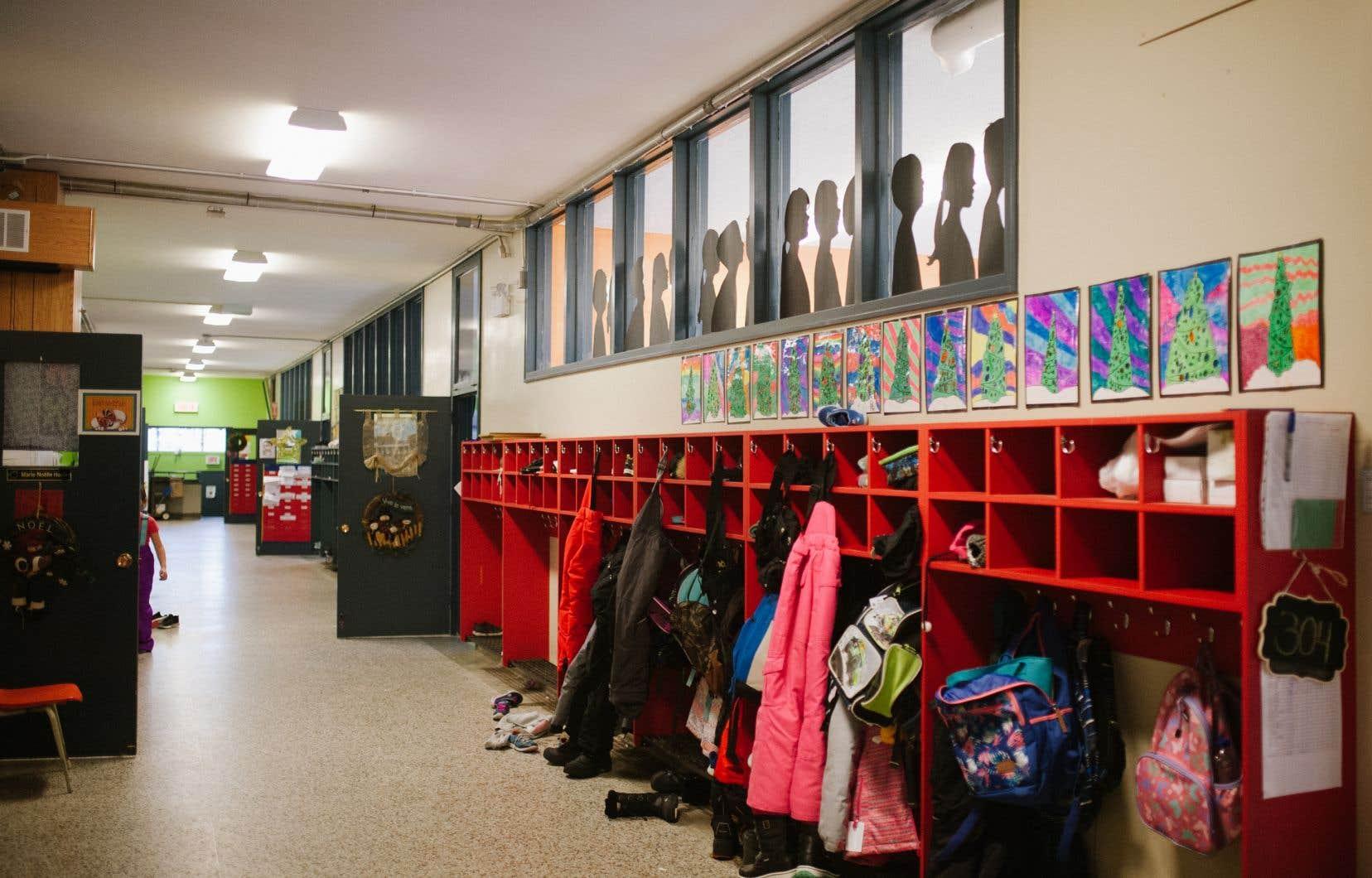 Trois universités, une dizaine de commissions scolaires et une série d'écoles privées du Québec ont suspendu les classes pour une ou plusieurs journées à compter de vendredi.