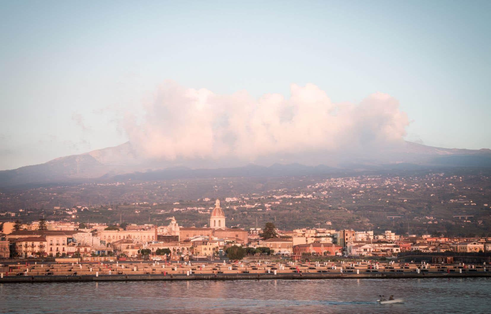 Le petit port de Riposto, au pied de l'Etna, à l'est, en bordure de la mer Ionienne, voyait déjà partir 54,2% de toute la production sicilienne de vin en 1835.