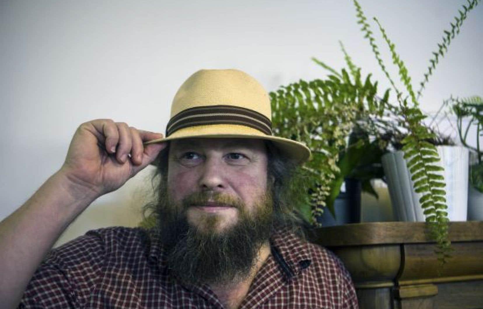 En entrevue,  Pardo se qualifie de libertaire et, avec son chapeau et sa barbe, au milieu de laquelle trône une longue pipe, il a tout à fait l'allure de l'emploi.