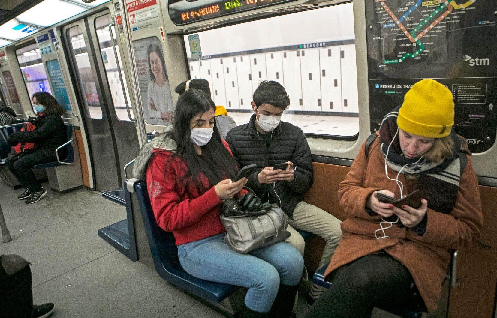 Des usagers du métro de Montréal portent un masque durant la crise de la Covid-19.