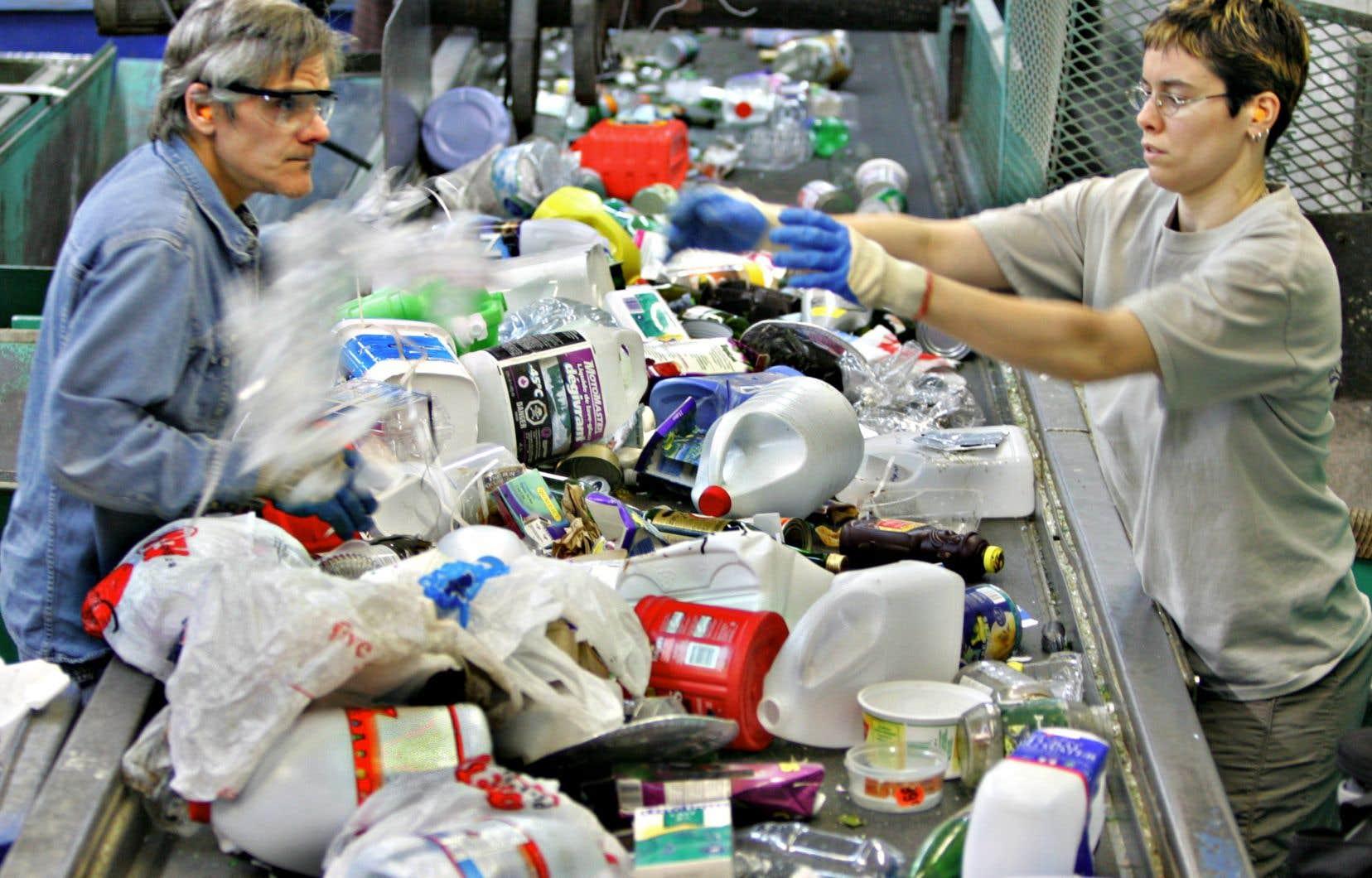 «La raison principale de l'échec du recyclage actuel est qu'il faut trier des millions d'objets selon le type de pétroplastique, leur forme, leur couleur…», affirme l'auteur.