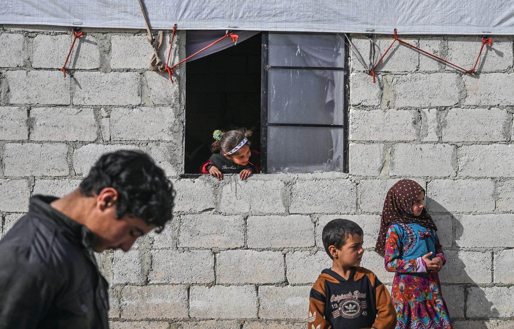 Des enfants syriens dans un camp humanitaire établi par les forces turques. <p>Les ONG dénoncent sans relâche les exactions et atteintes aux droits humains perpétrées par le régime syrien.</p>