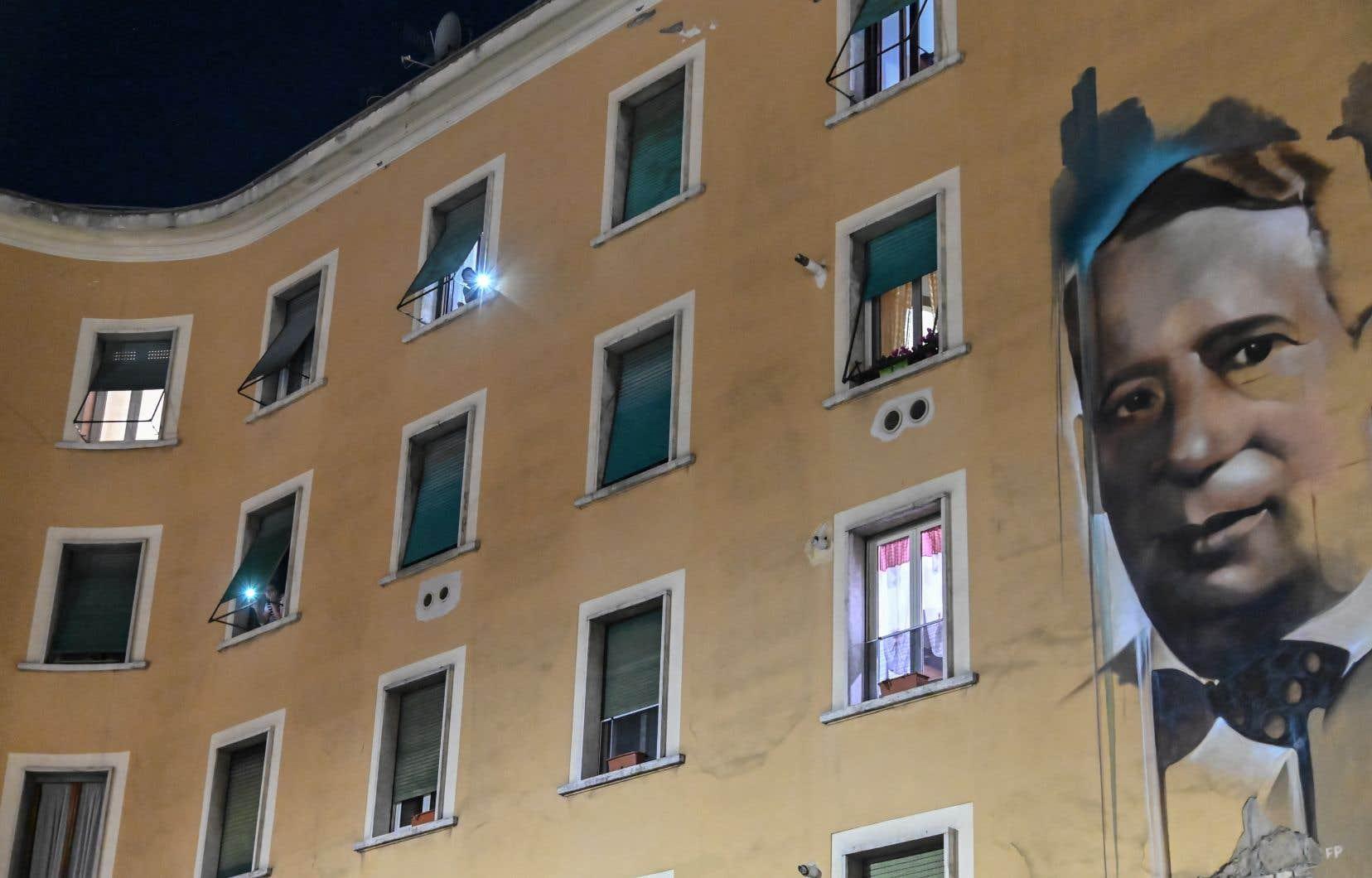 «Nous sommes tous appelés à nous inventer une nouvelle vie, à nous sentir proches même si nous sommes éloignés», écrit la romancière qui défend le maintient d'un lien social même en période de confinement, comme ça a été le cas avec le «flash mob<i>»</i>du 15mars «Italia Patria Nostra» (Italie notre pays), cellulaire aux fenêtres, à Rome.