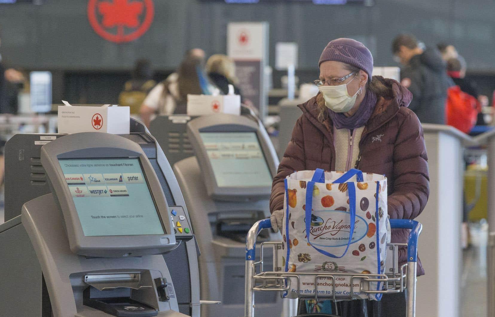 Les équipes de la Direction de santé publique de Montréal vont inciter les voyageurs à respecter un isolement à la maison de 14 jours et les informer des consignes à suivre en matière d'hygiène à l'aéroport Montréal-Trudeau.