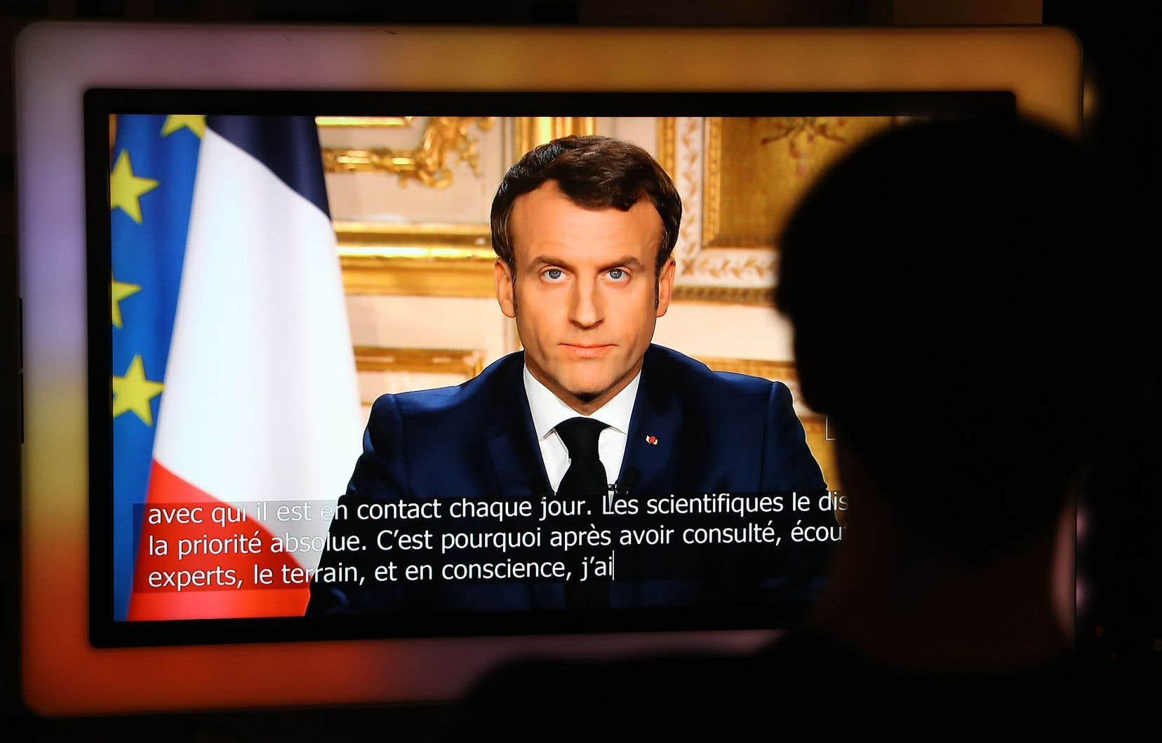 Le président français, dans une allocution télévisée, s'est dit choqué par les rassemblements qu'il a vus dimanche dans les parcs de Paris, annonçant ensuite que les infractions aux mesures de confinement seront sanctionnées.