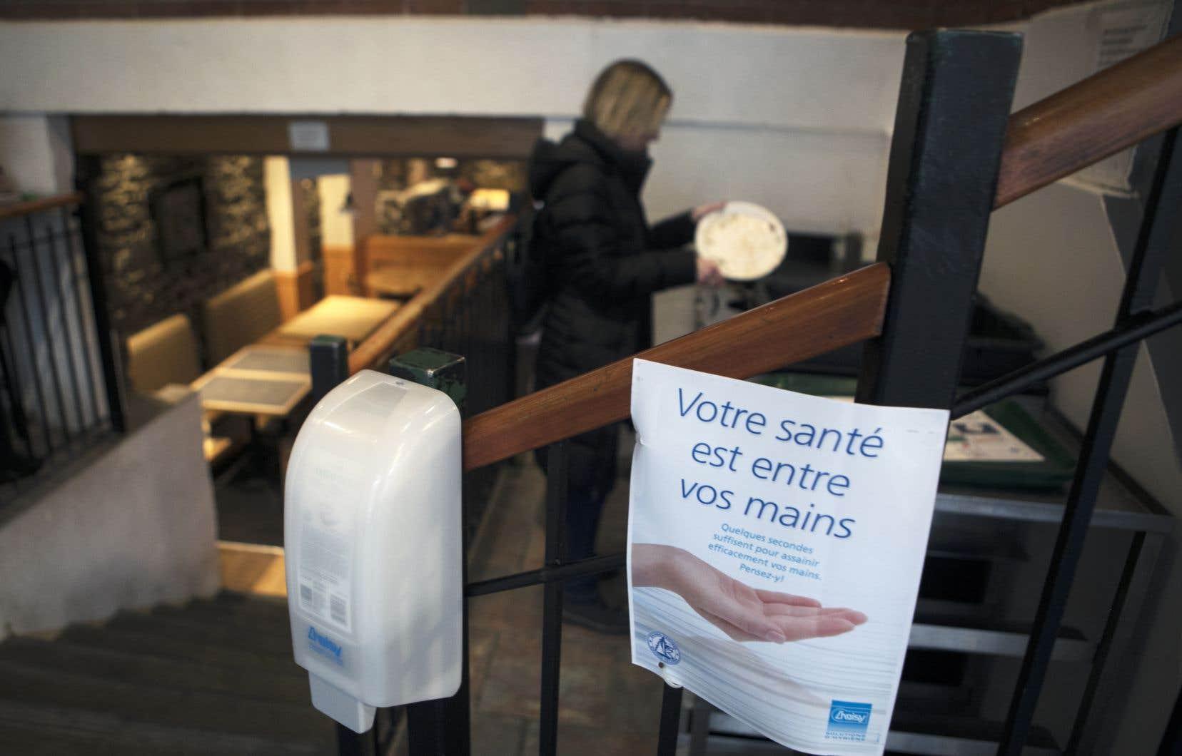 «S'il faut éviter les poignées de main et laver fréquemment ces dernières, c'est surtout pour assurer la sécurité d'autrui», affirment les auteurs.