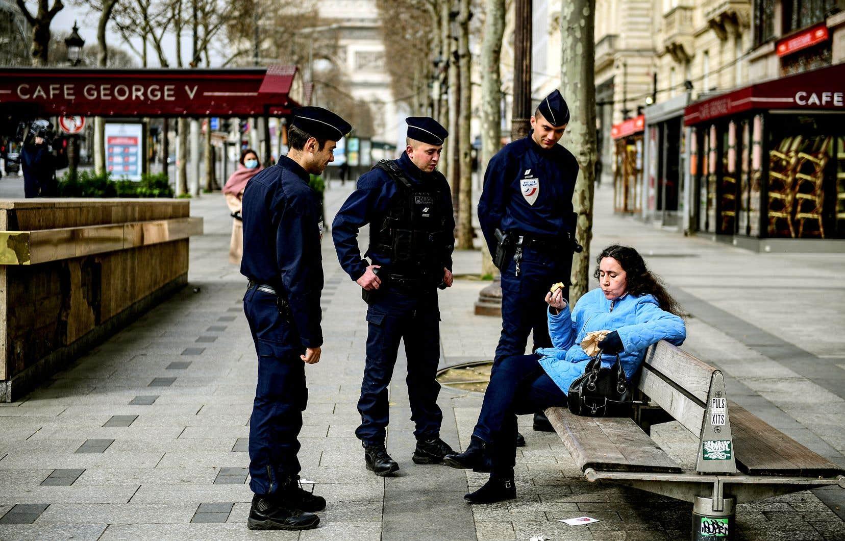 Quelque 100000 policiers et gendarmes sont déployés à Paris pour faire respecter les règles de confinement entrées en vigueur mardi midi.