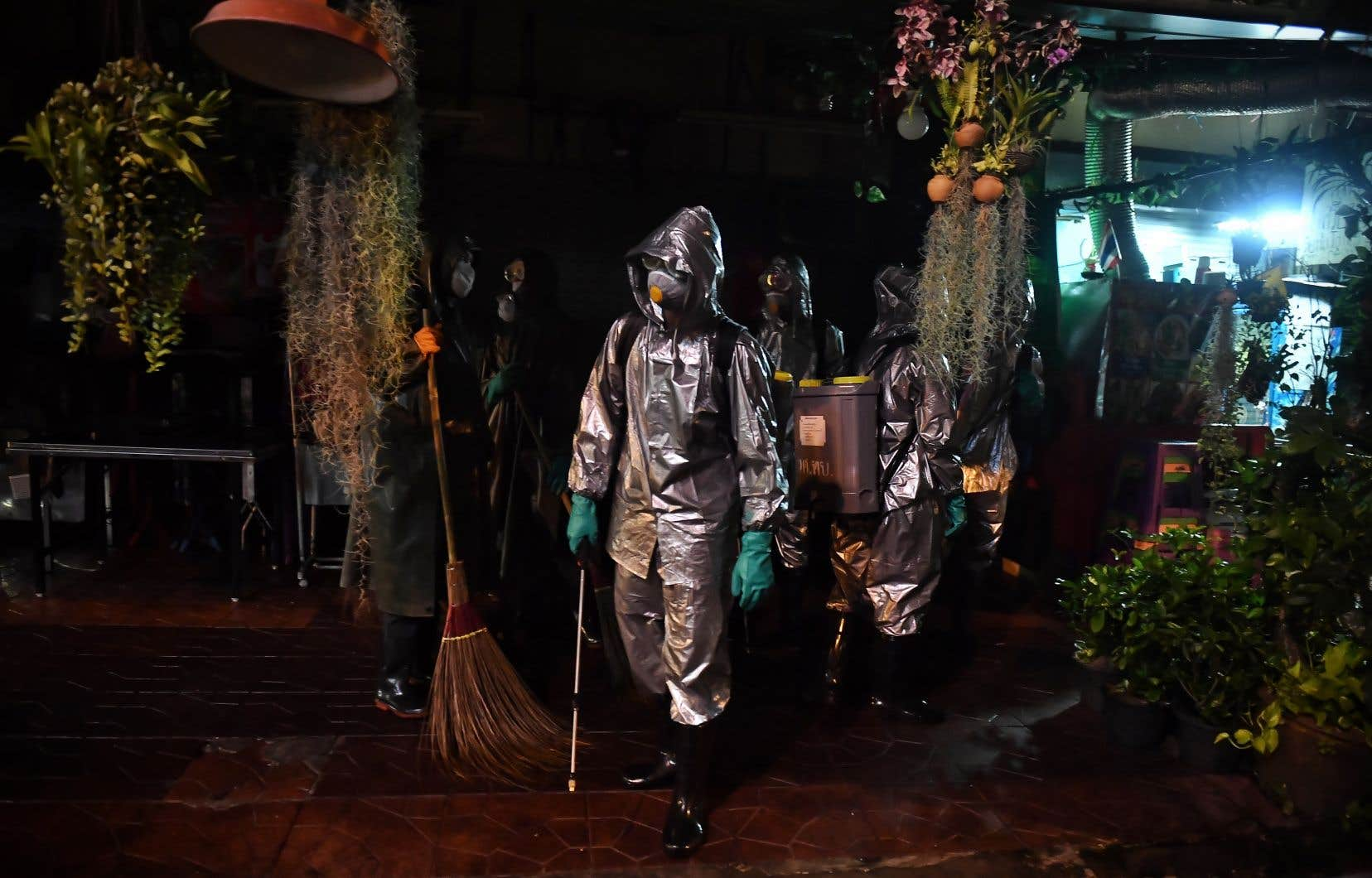 Des soldats de l'armée thaïlandaise ont été dépêchés mercredi à Bangkok afin d'asperger les lieux publics de produit désinfectant.