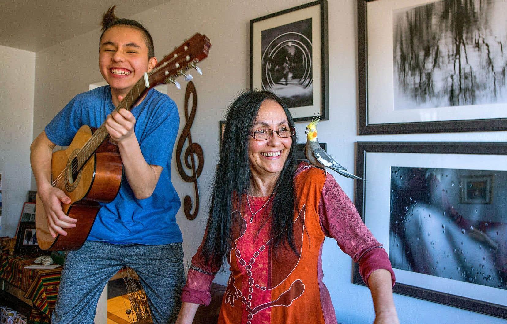 Si Lucilla Guerrero et son fils Luka semblent passer de bons moments ensemble, la mère ne s'en inquiète pas moins pour la réussite scolaire de son enfant.