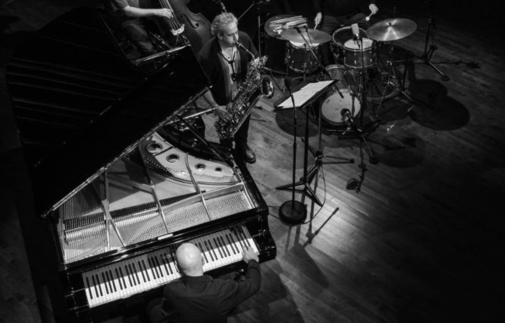 Il y a tout d'abord Jean Derome, ses saxophones et ses flûtes, Normand Guilbeault, sa contrebasse et son archet, et Pierre Tanguay, sa batterie et son sourire. À eux viennent de se greffer, plus que se joindre, Félix Stüssi et son piano. Et cette bande de quatre propose un grand, un très grand disque.