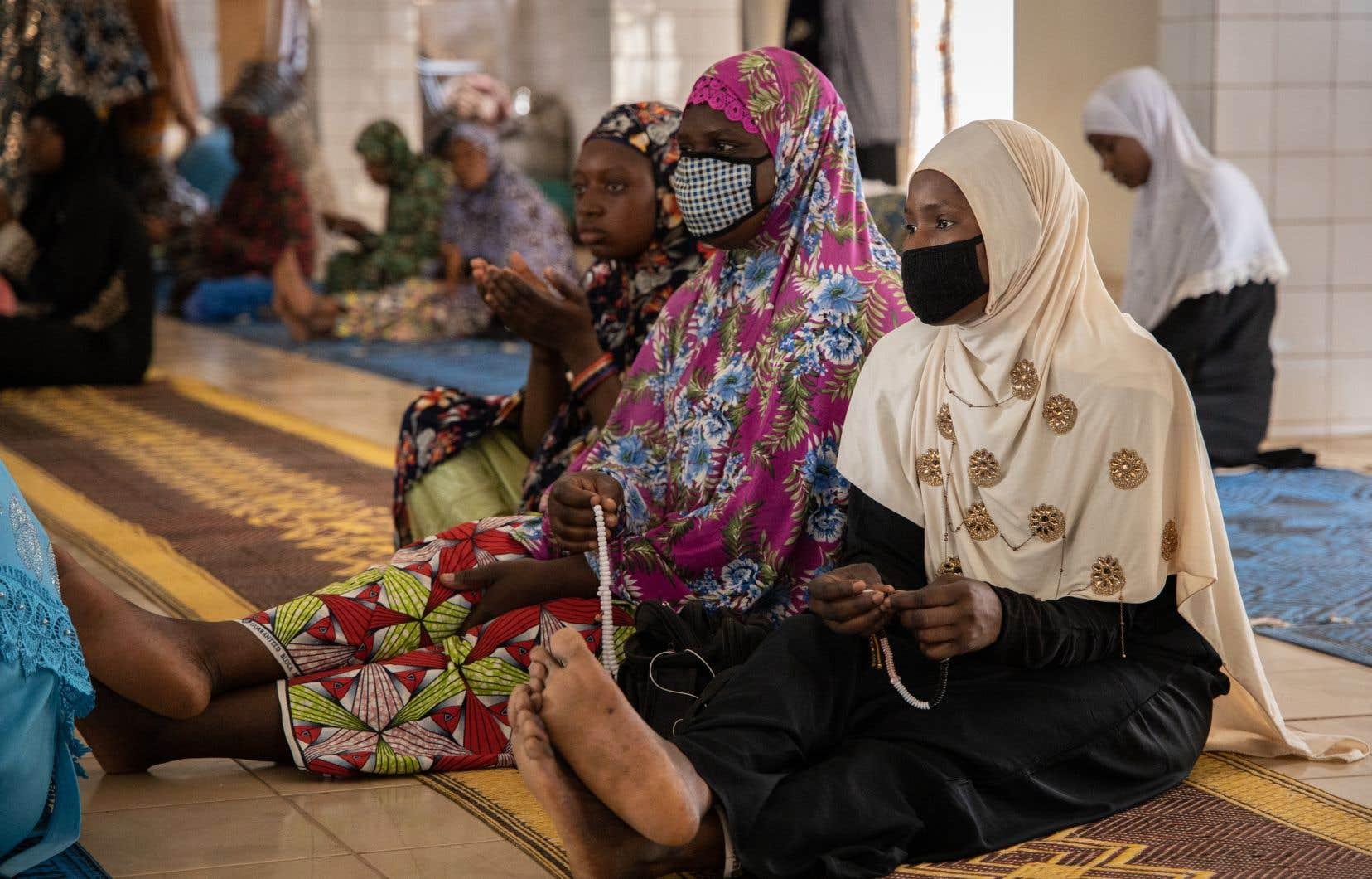 Sur le continent africain, la COVID-19 a fait son premier mort au Burkina Faso cette semaine. En conséquence, la Fédération des associations islamiques burkinabées a annoncé la suspension des prières jusqu'au 4 avril.