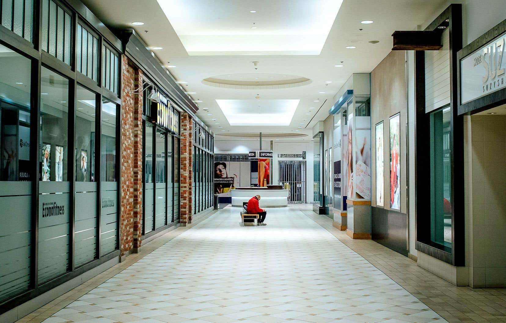 Tous les magasins des centres commerciaux qui ne sont pas dotés d'une porte extérieure devaient être fermés à partir de minuit, dans la nuit de dimanche à lundi, et ce, jusqu'au 1er mai, à l'exception des épiceries, des pharmacies et des succursales de la Société des alcools du Québec. Dimanche après-midi à Montréal (photo), les galeries marchandes étaient déjà presque désertes.