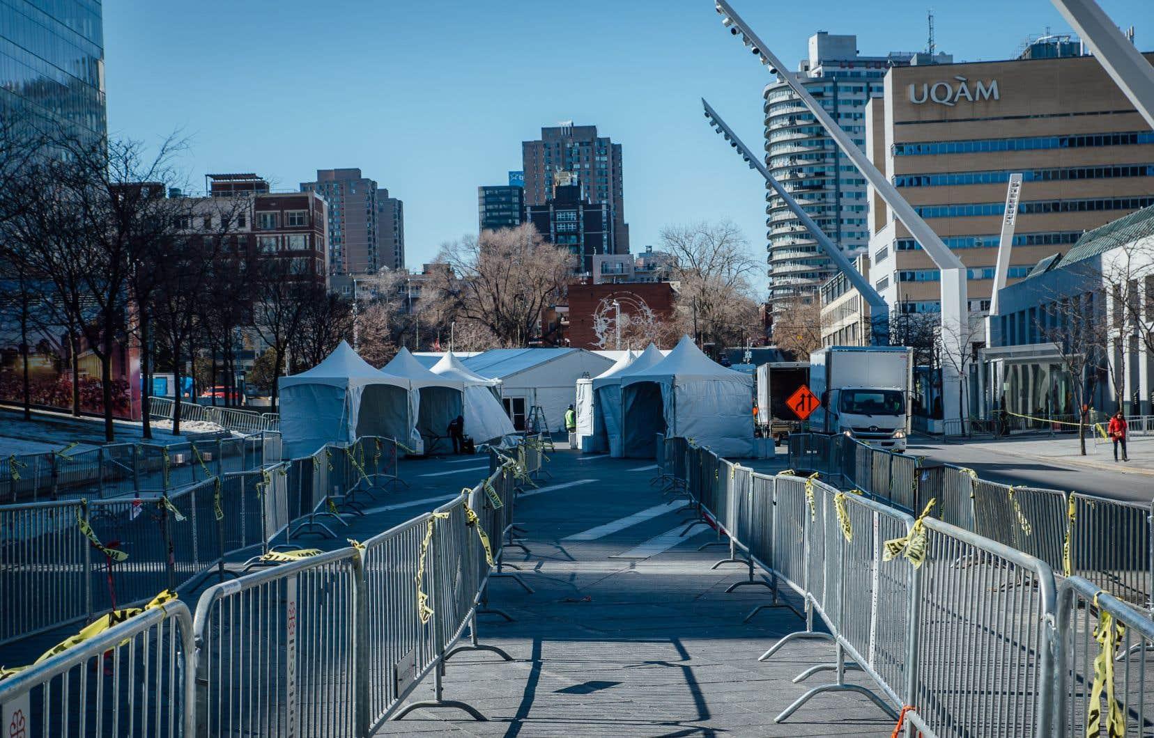 Une clinique extérieure sans rendez-vous de dépistage de la COVID-19 ouvrira lundi à la Place des Festivals, à Montréal.