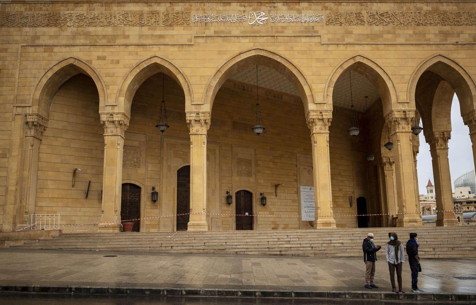 Dans nombre  de pays, comme ici au Liban,  les autorités  religieuses ont choisi de fermer les lieux de culte, laissant les  fidèles à la porte pour qu'ils privilégient la prière à la maison.