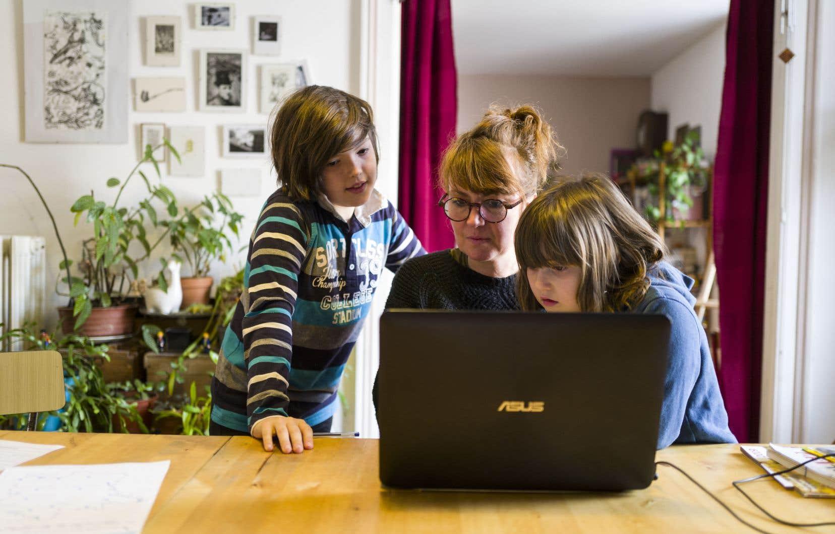Dès le vendredi 13 mars, dernière journée d'école avant la suspension des cours, un grand nombre de professeurs ont remis aux élèves des documents photocopiés leur permettant de travailler à la maison.