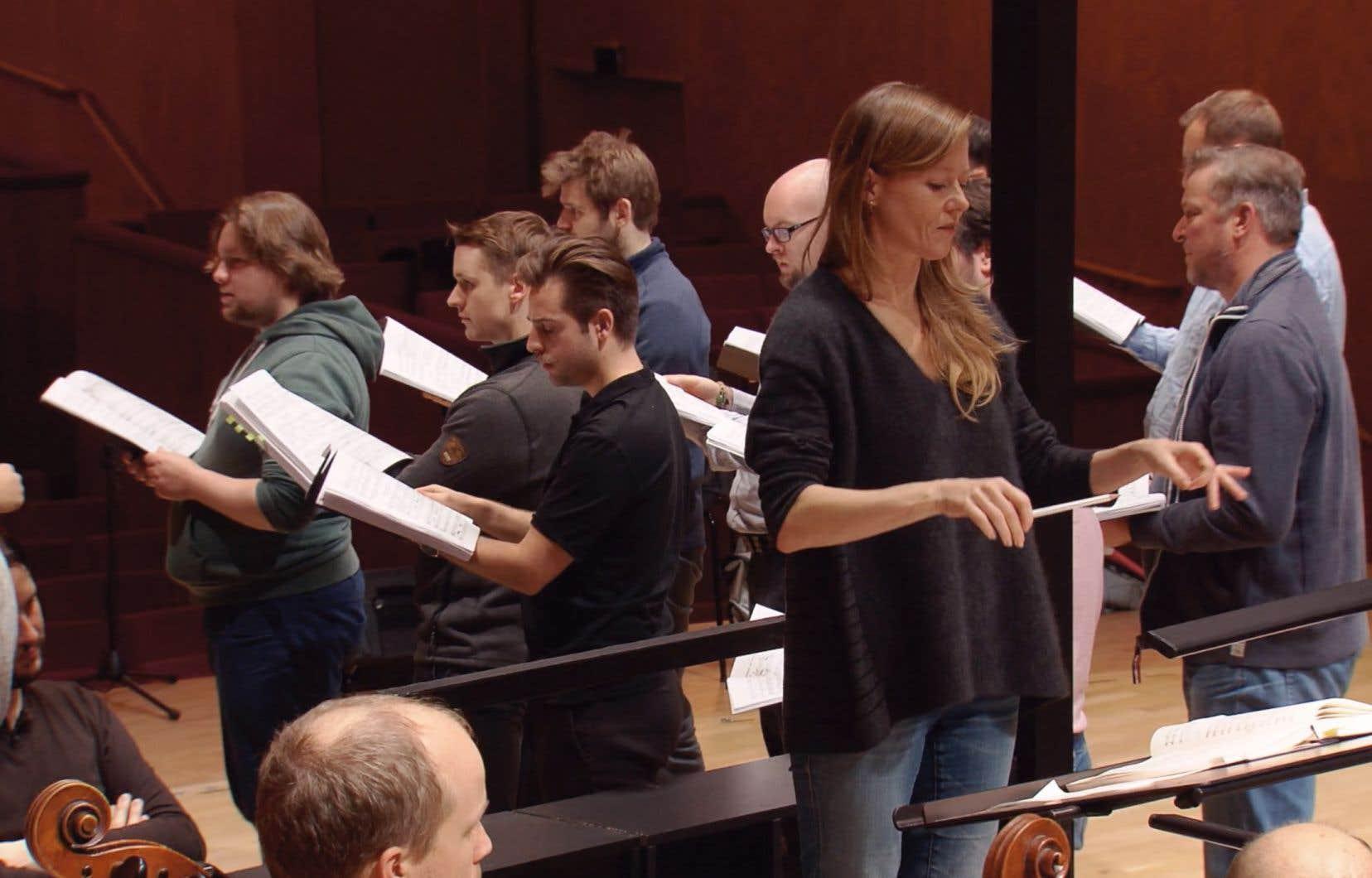 Le projet de Maria Stodtmeier se concentre sur le travail de préparation de la représentation semi-scénique du «<i>Rake's Progress»</i> de Stravinski dirigé par Barbara Hannigan à Göteborg.