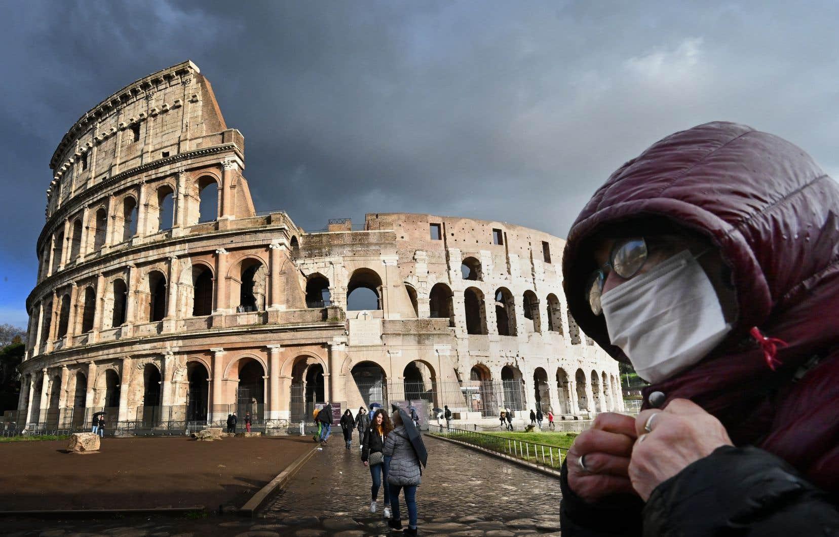La grande majorité des Italiens semblent à présent accepter et respecter les mesures restrictives, comme le montrent les rues désertes des principales métropoles italiennes, de Milan à Naples, en passant par Rome et Florence, bien loin des foules observées il y a deux semaines.