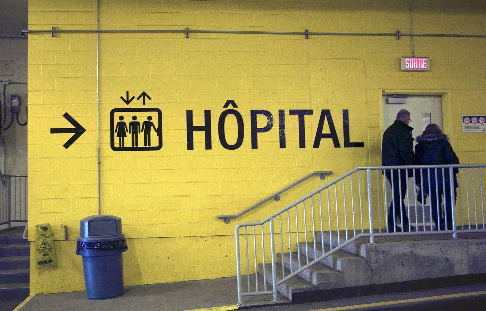 À l'hôpital Sainte-Justine, une douzaine de membres du personnel hospitalier aurait notamment été exposés à la COVID-19 par un bébé souffrant de bronchiolite.