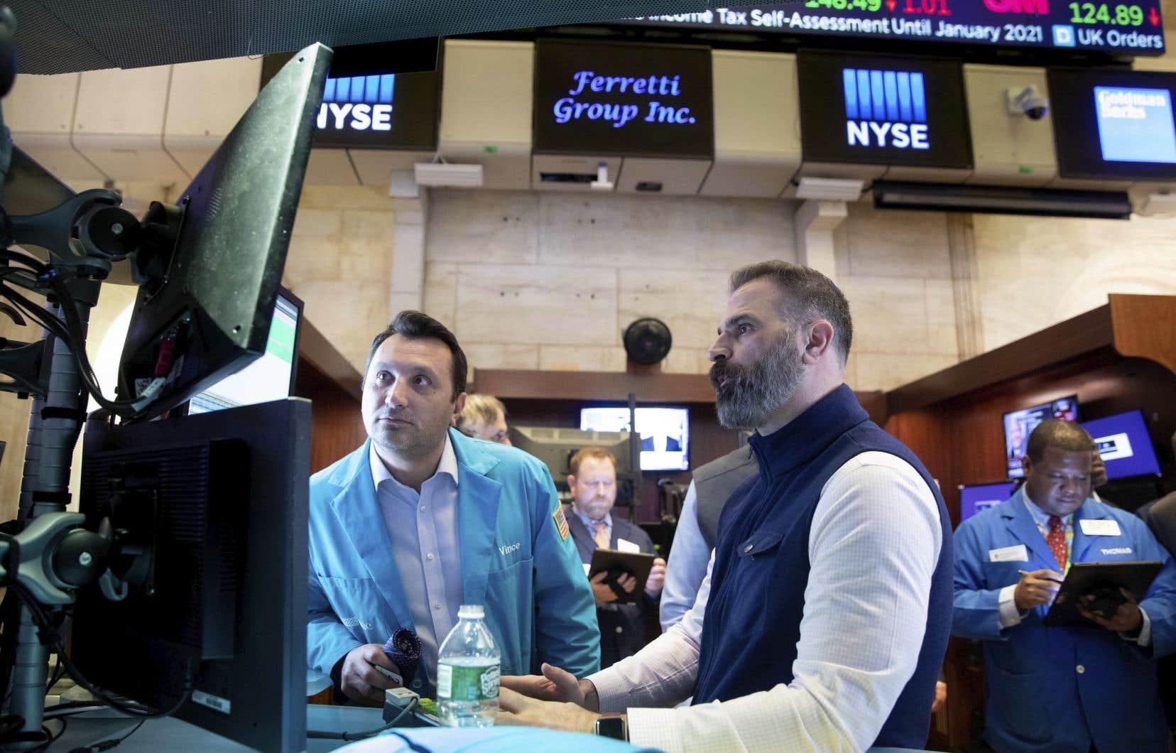 Le Dow Jones est tombé lundi à son plus bas depuis novembre 2016, dans un marché inquiet face à l'impasse politiquesur le plan de relance de l'économie américaine et peu rassurépar les nouvelles annoncesde la Fed.