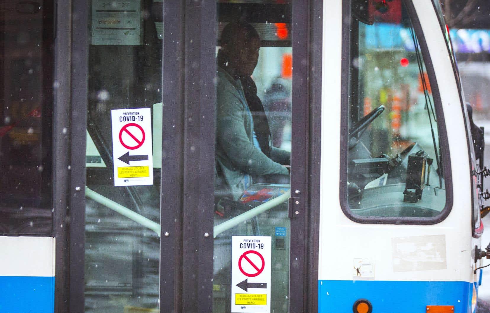 Dans les autobus de la Société de transports de Montréal, les passagers embarquent uniquement par la porte arrière afin de prévenir la propagation du coronavirus auprès des chauffeurs.