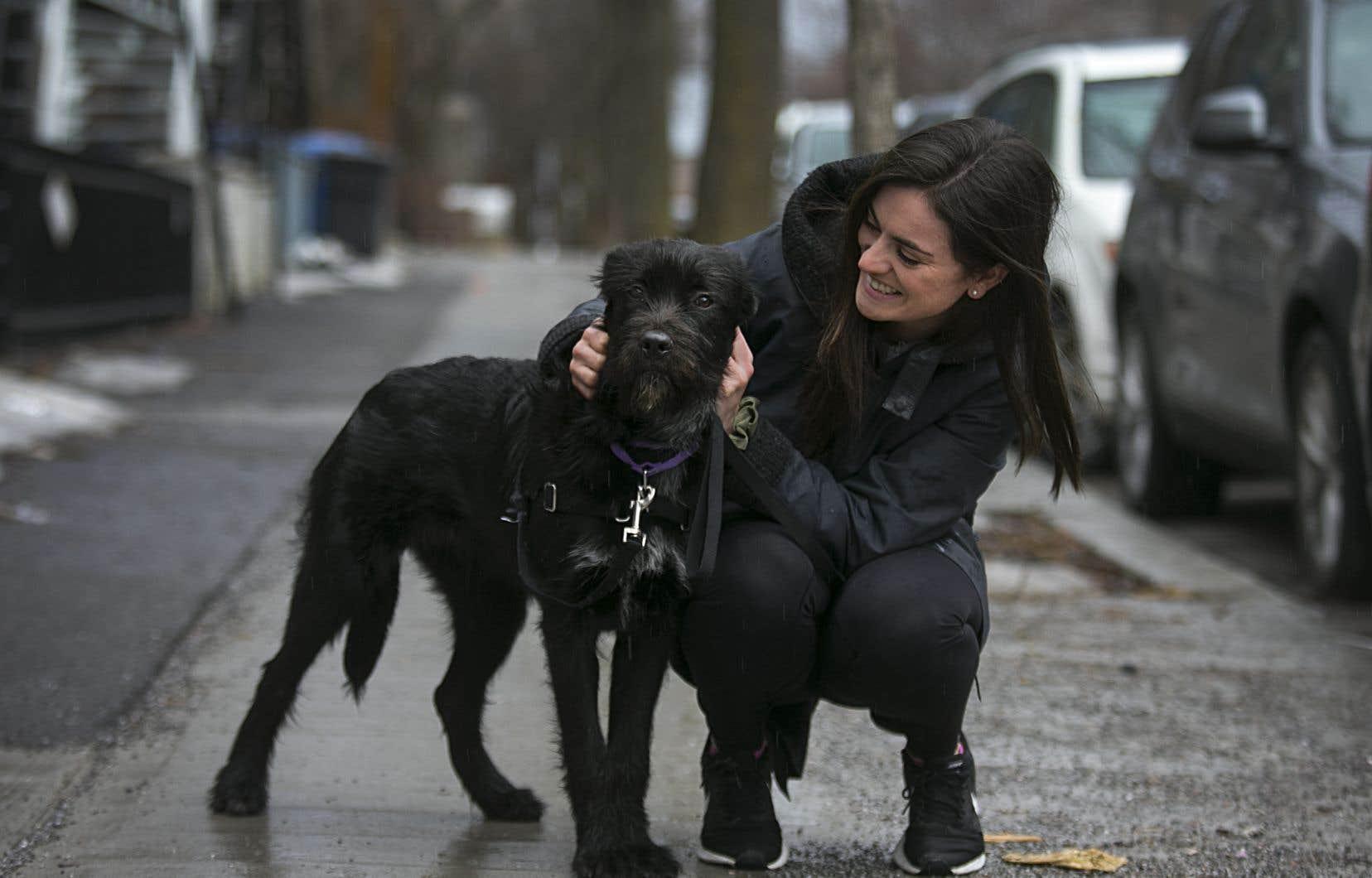 Valérie Giroux, avocate dans le milieu de la santé, se réjouit de pouvoir s'occuper de Charlotte, une chienne de 2ans.