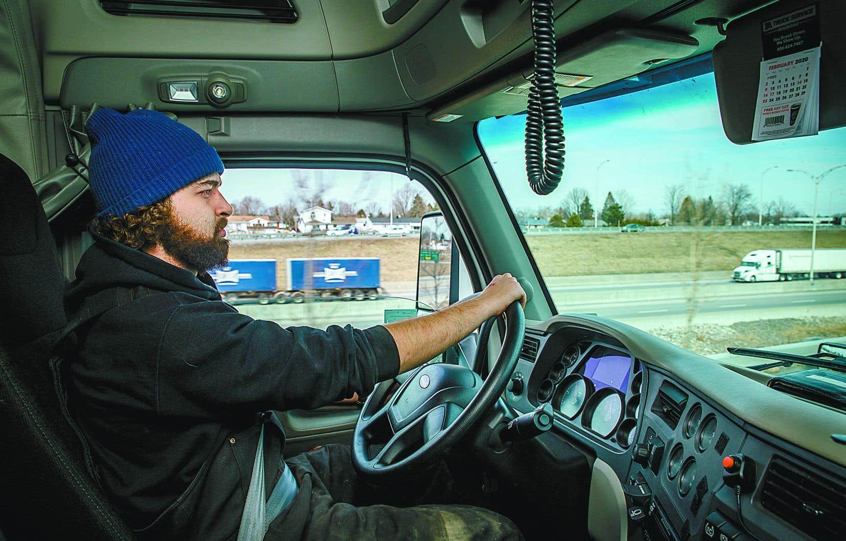 Simon Thibault, 23 ans, chauffeur chez Mexuscan Cargo, à Sainte-Martine, en Montérégie. Il a traversé la frontière avec les États- Unis à de nombreuses reprises sans problème au cours des dernières semaines. Lors des chargements et des déchargements des marchandiseses, il utilise désormais systématiquement masque et gants.