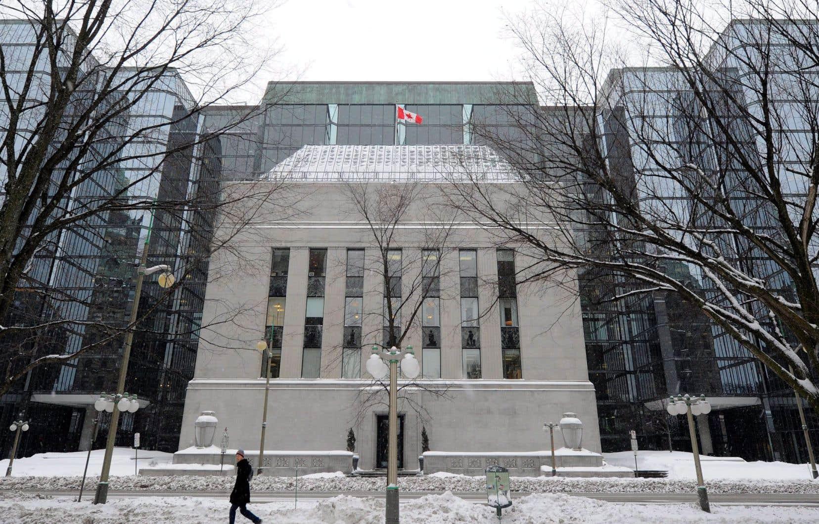 La Banque du Canada a prévenu que la propagation de la COVID-19 a des «conséquences sérieuses pour les Canadiens et pour l'économie, tout comme la chute marquée des prix mondiaux du pétrole».