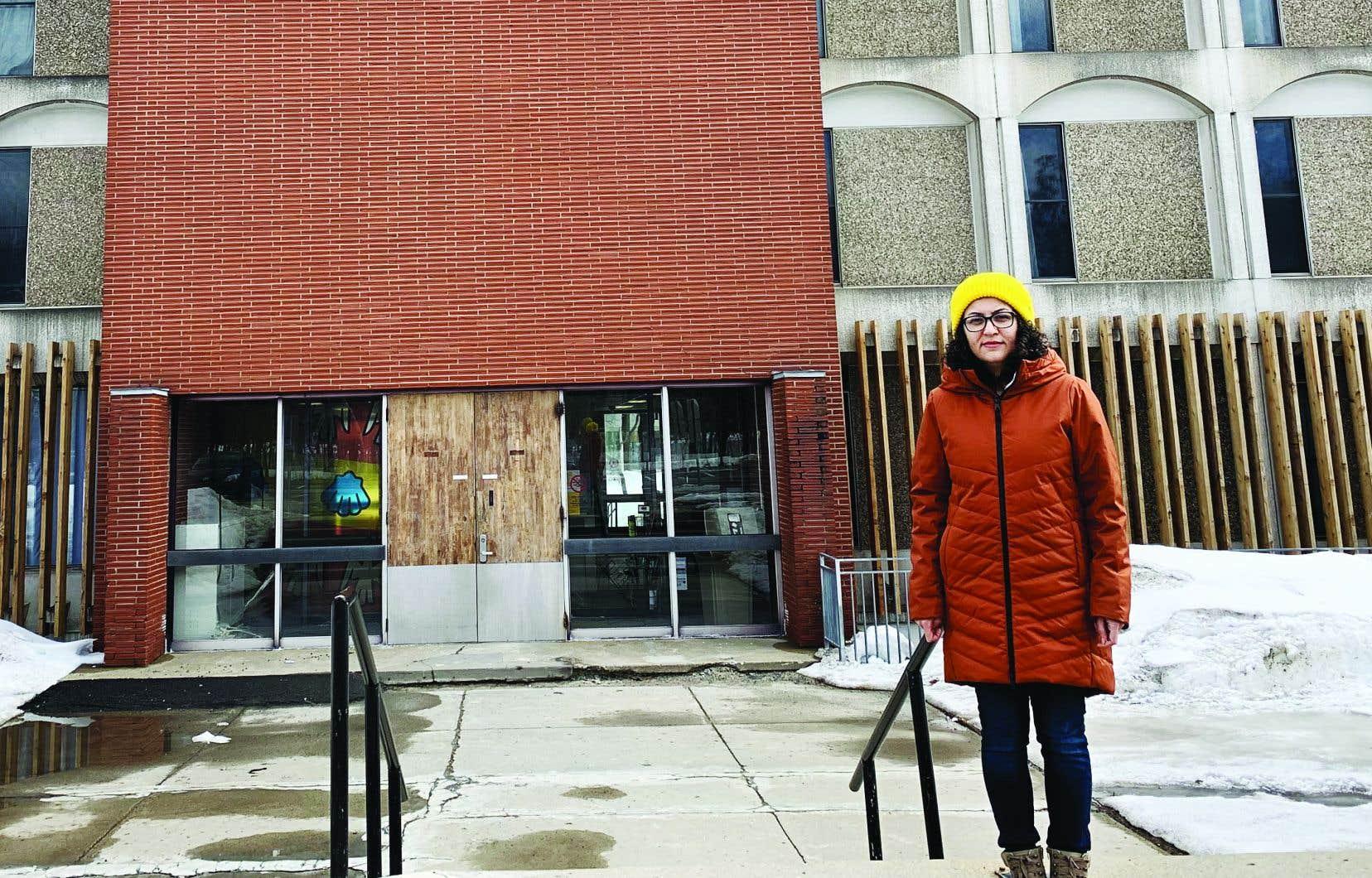 Hanieh Ebrahimzadeh, étudiante d'origine iranienne, devant les résidences de l'Université Laval