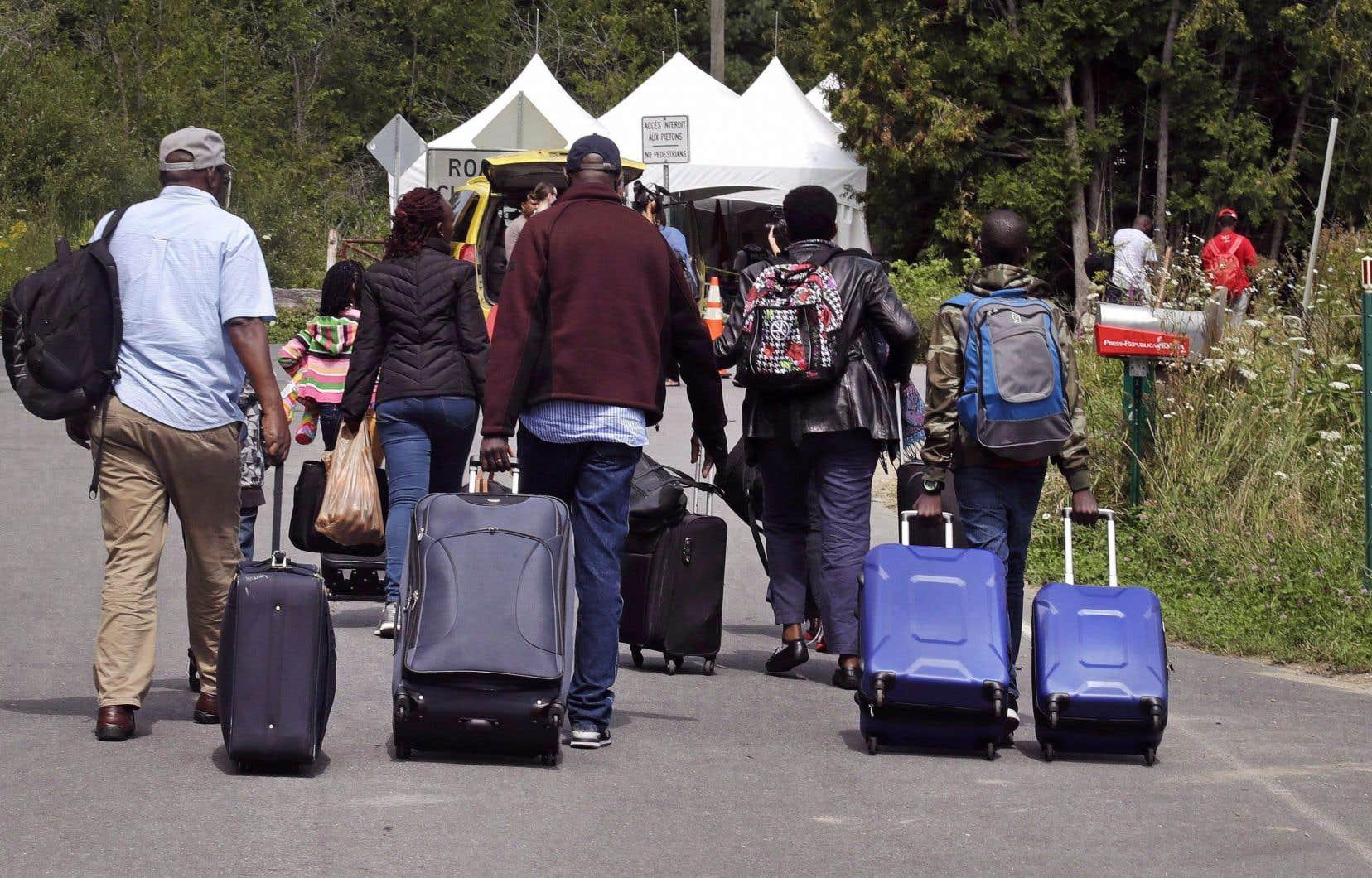 Depuis 2017, plus de 56000 personnes ont traversé la frontière canado-américaine à pied en empruntant des passages clandestins, le plus connu étant le chemin Roxham au Québec.