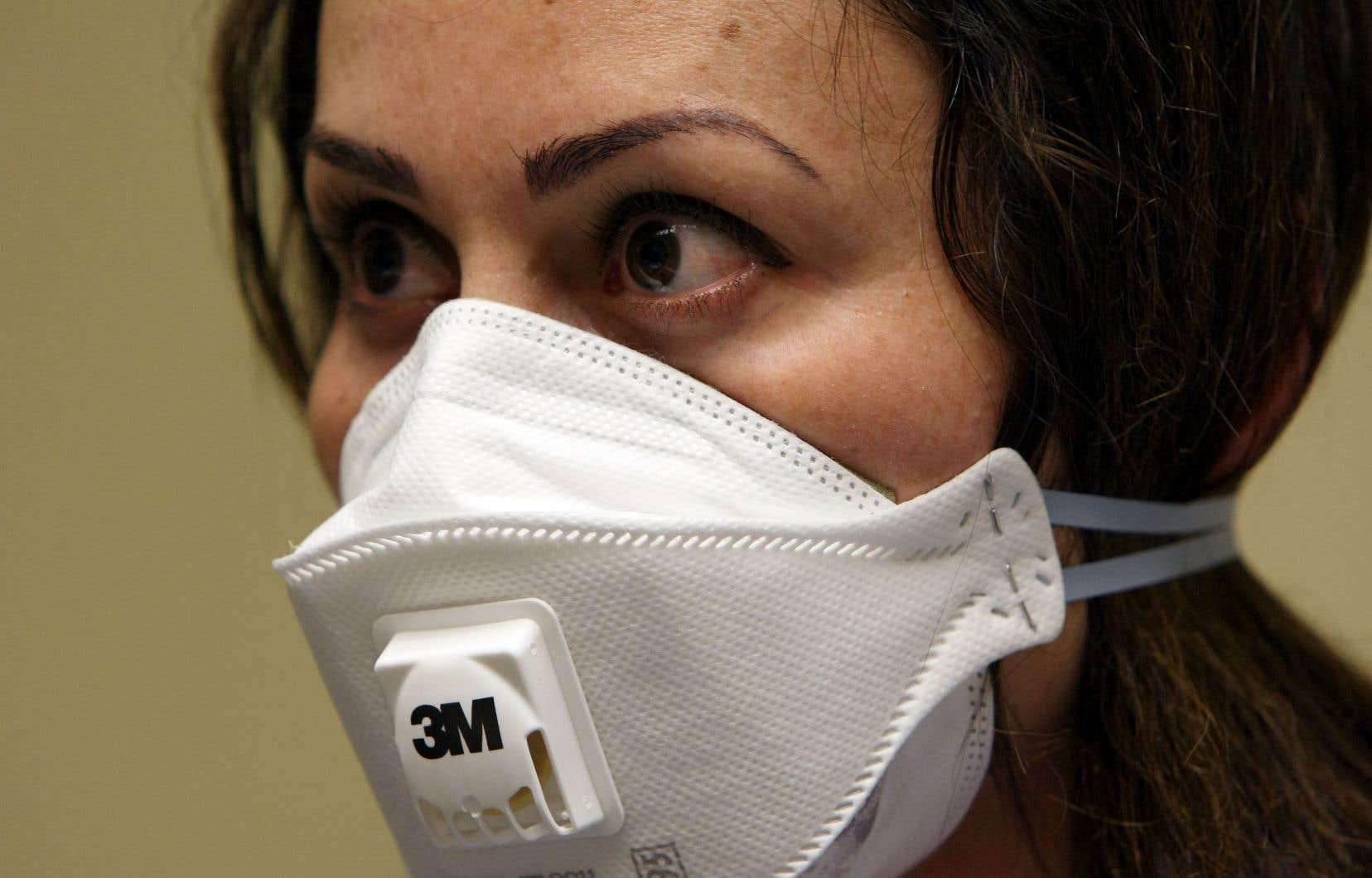 Les masques N95 sont couramment utilisés par le personnel soignant pour éviter d'attraper des maladies qui se transmettent par goutelettes, comme la COVID-19.