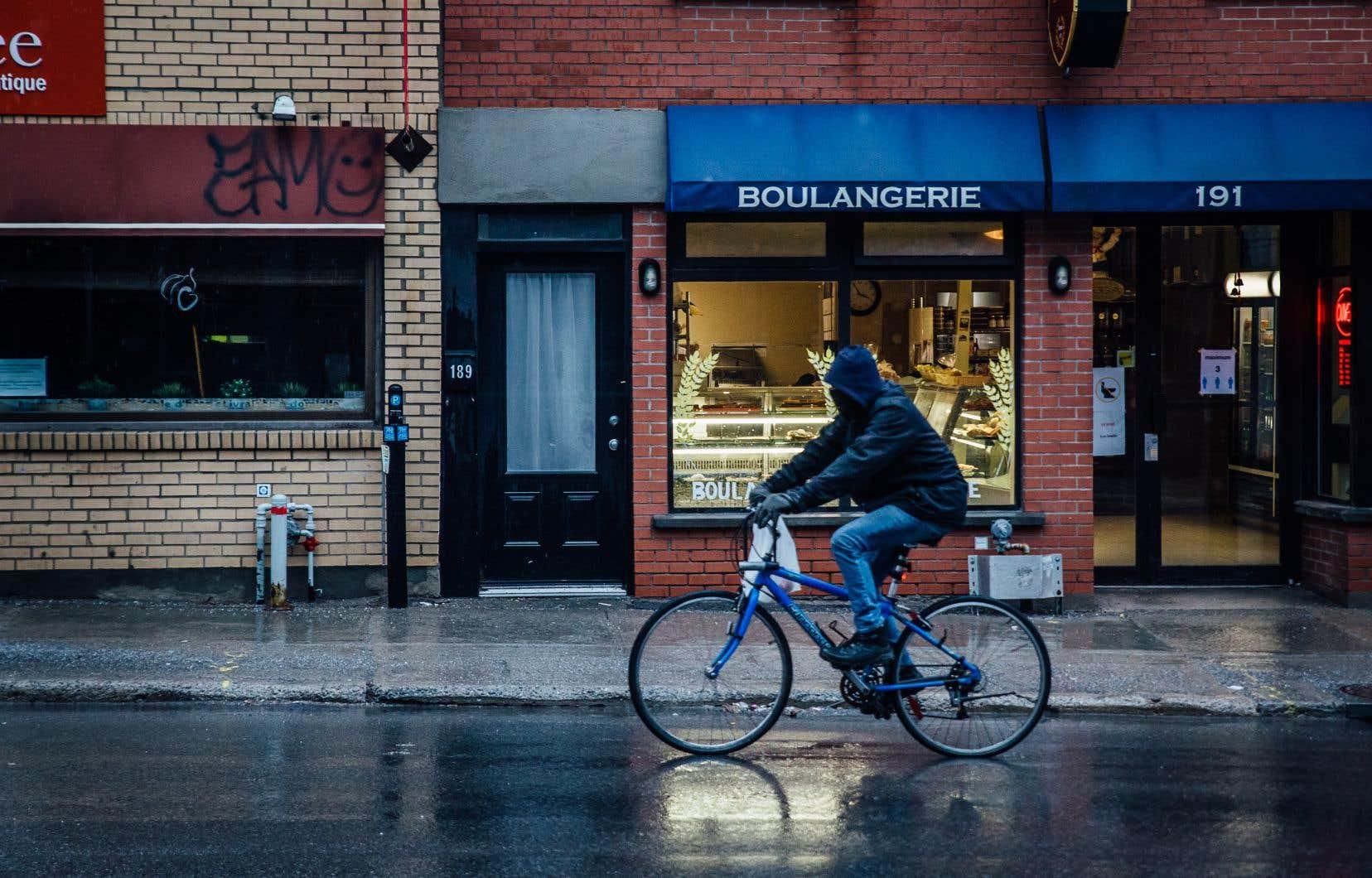 Cyclistes, fabricants, mécaniciens et organismes de promotion du vélo ont demandé à Québec de revoir sa liste de services essentiels la semaine dernière. La réponse se fait toujours attendre.