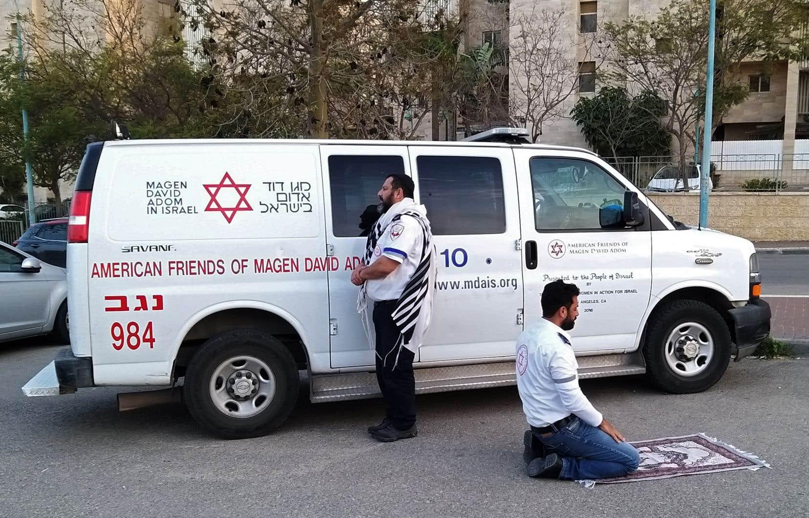 Une image de la Magen David Adom, l'équivalent de la Croix-Rouge en Israël, montre deux infirmiers faisant leur prière: l'un, juif, tourné vers Jérusalem, l'autre, musulman, agenouillé en direction de LaMecque.