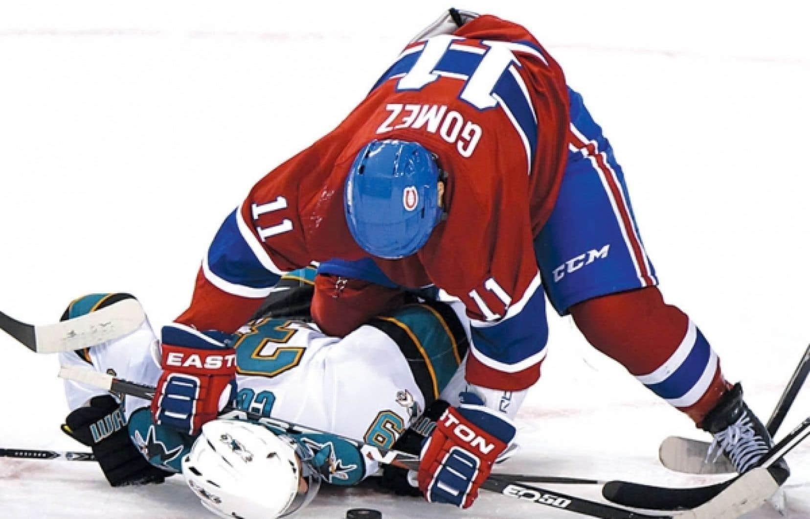 Scott Gomez (11) retient Logan Couture, des Sharks de San Jose, lors du match du 4 décembre au centre Bell, à Montréal.<br />