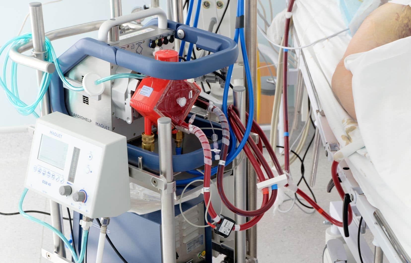 En temps normal, l'oxygénateur extracorporel à membrane est surtout utilisé lors de chirurgies cardiaques ou de greffes de cœur ou de poumon, indique le DrSimon.