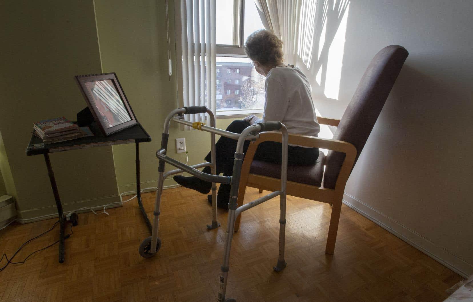 La pandémie force le confinement de milliards de personnes et l'isolement quasi complet des gens âgés en particulier.