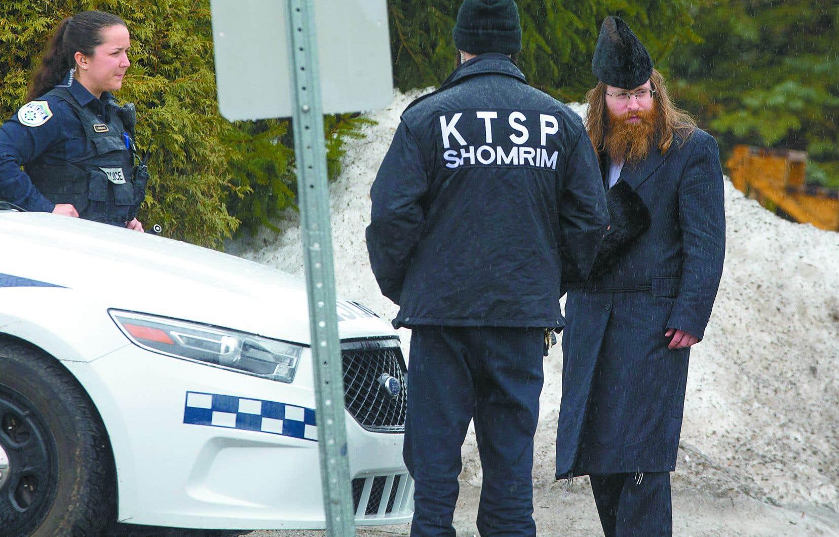 Les policiers de Boisbriand assuraient, lundi, les entrées et les sorties du quartier occupé par la communauté Tosh.