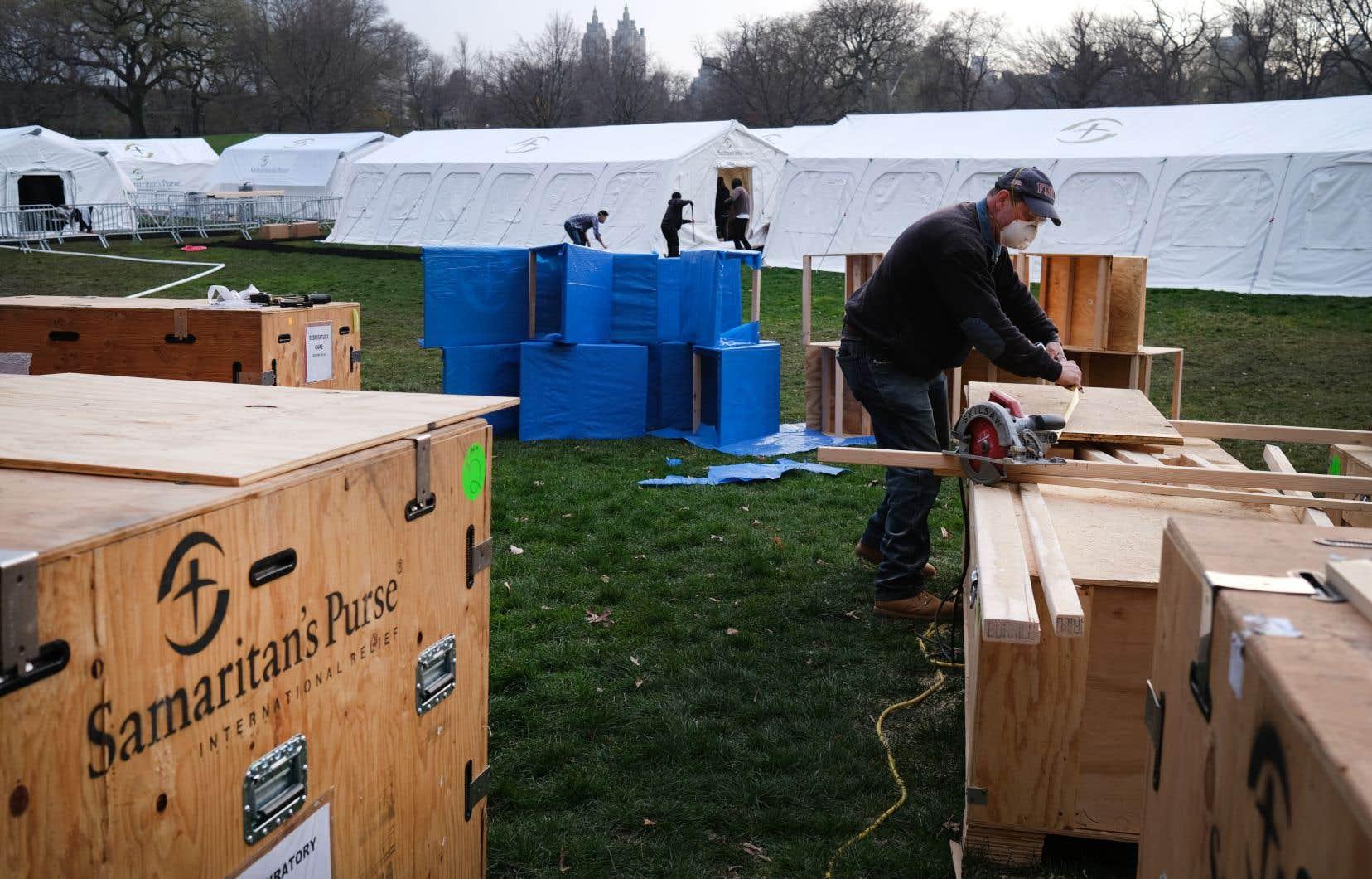 Une douzaine de tentes dressées dans Central Park depuis dimanche se préparaient mardi à accueillir jusqu'à 70 patients malades du virus.